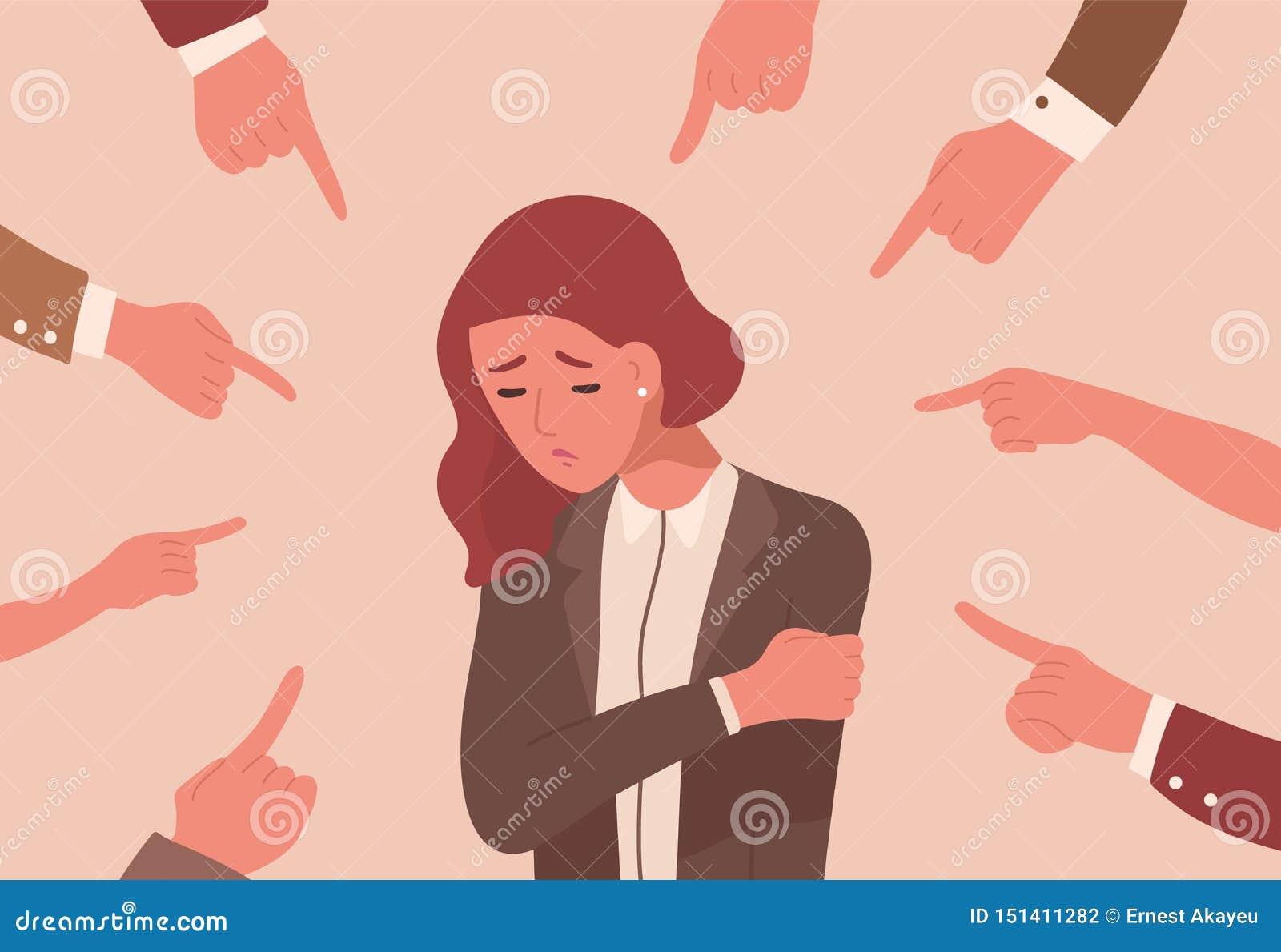 Jeune femme malheureuse entourée à la main avec des index se dirigeant à elle Concept de victime blâmant, public