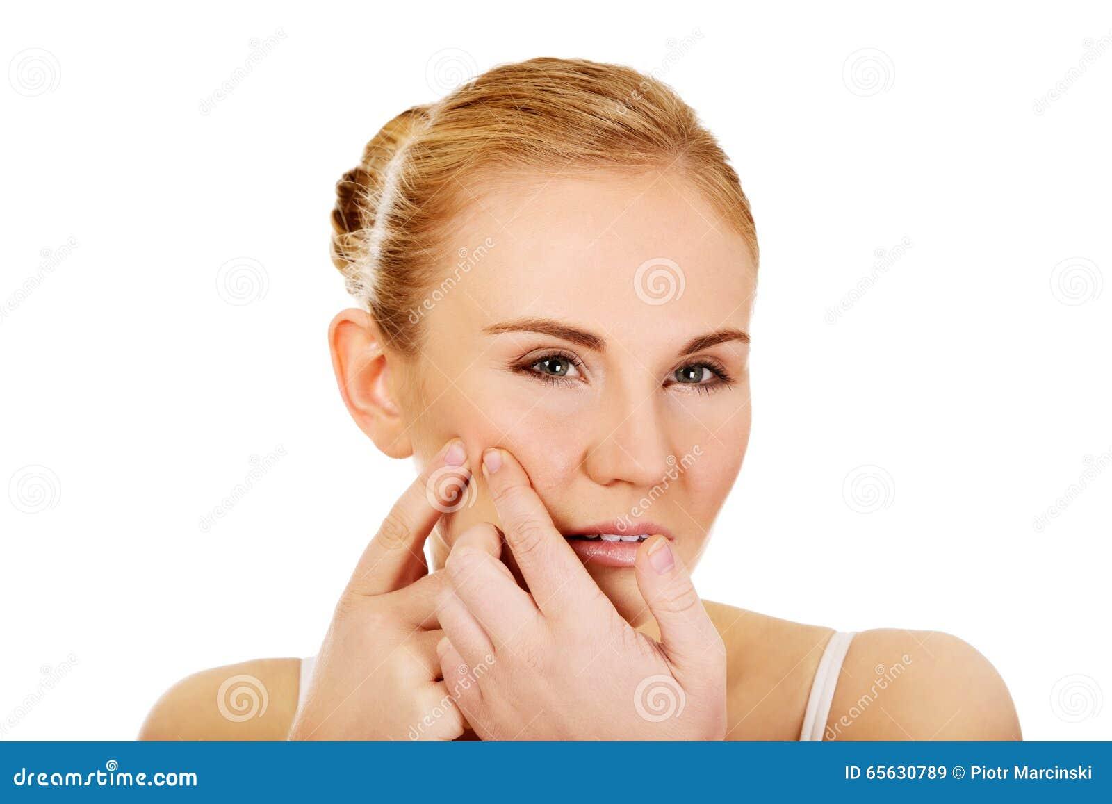 Jeune femme malheureuse serrant le bouton sur le visage