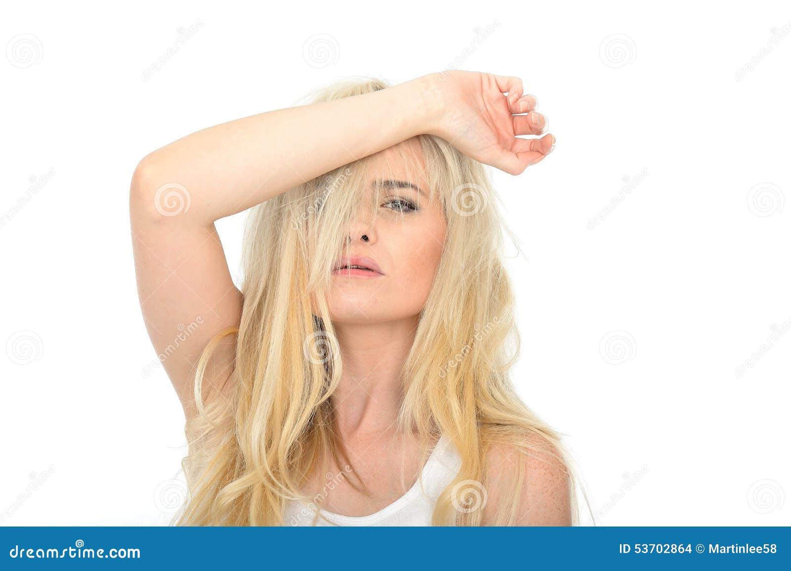 Jeune femme malheureuse soumise à une contrainte attirante semblant fatiguée et frustrante