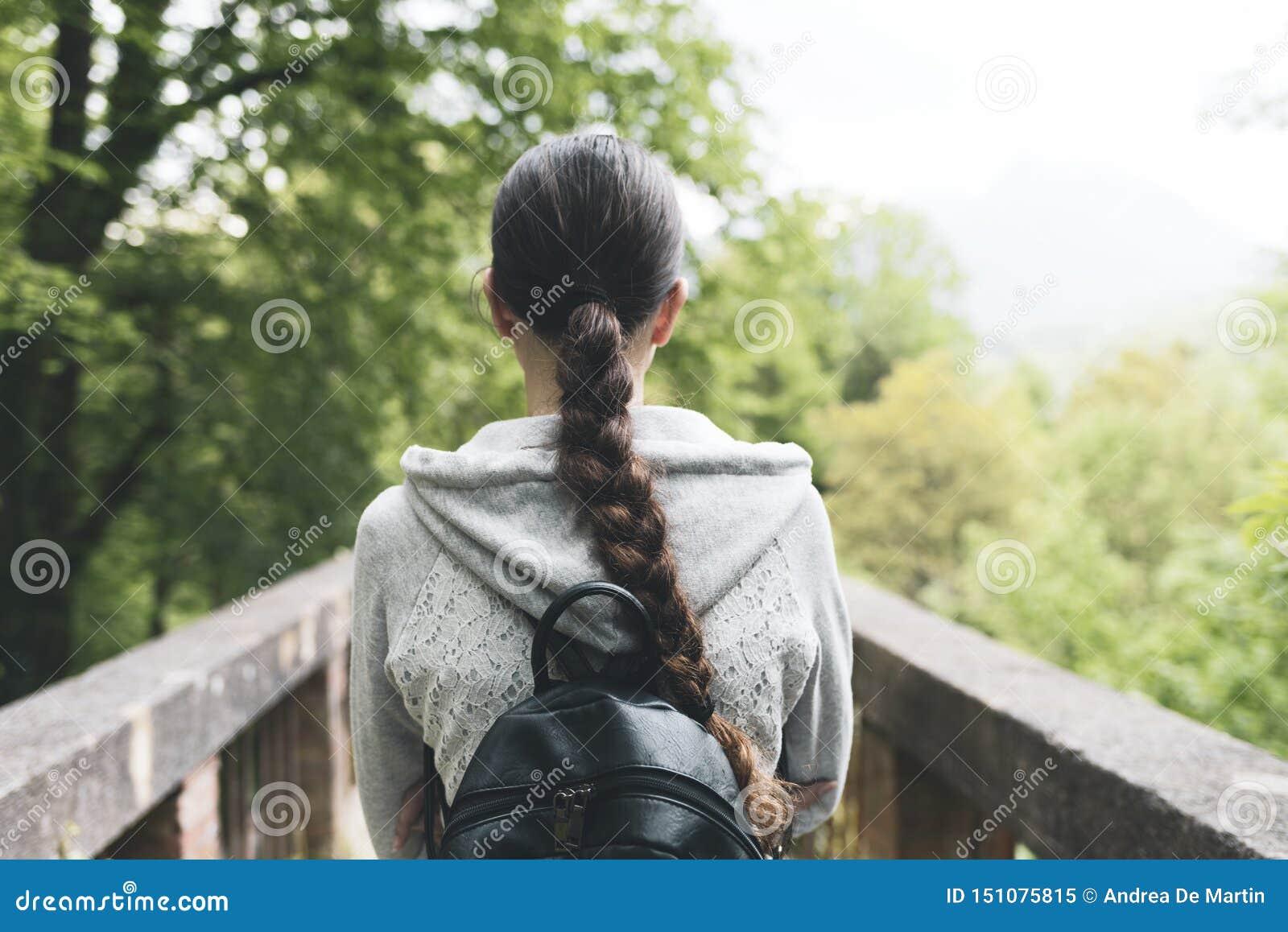 Jeune femme marchant dans la nature et la détente