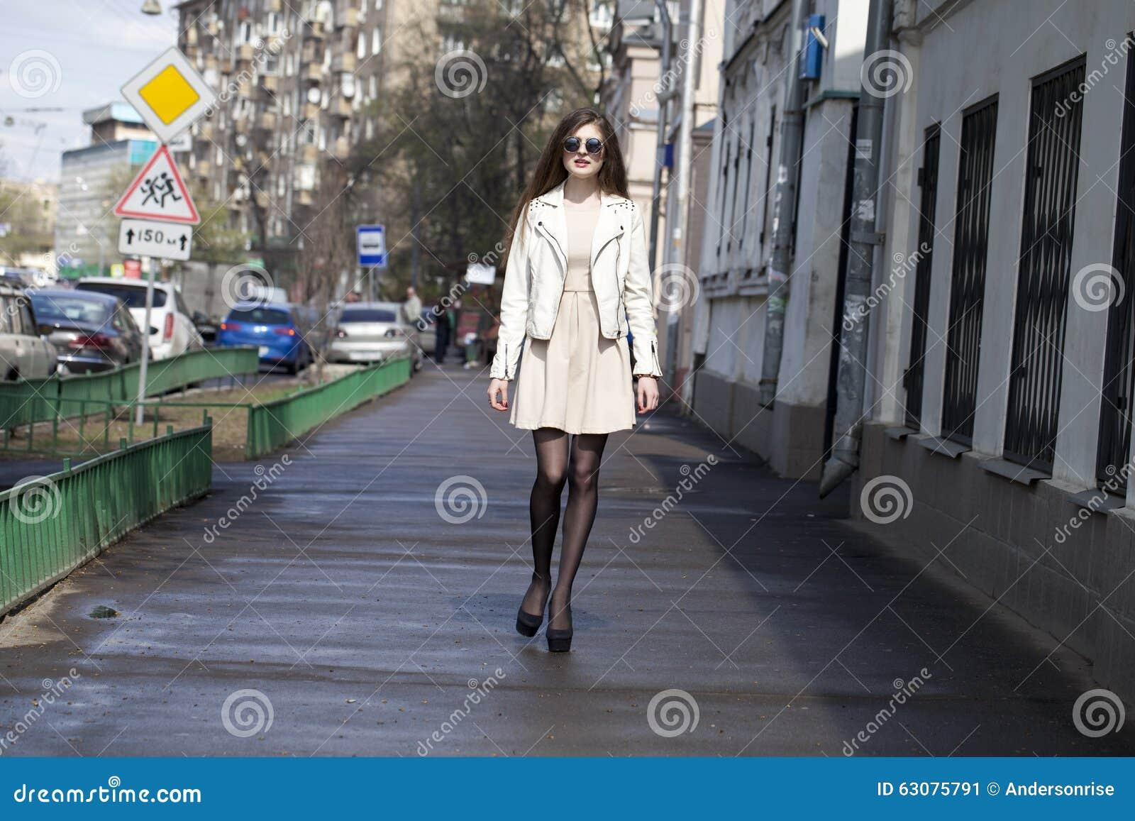 Download Jeune Femme Marchant Sur La Rue Image stock - Image du heureux, cheveu: 63075791