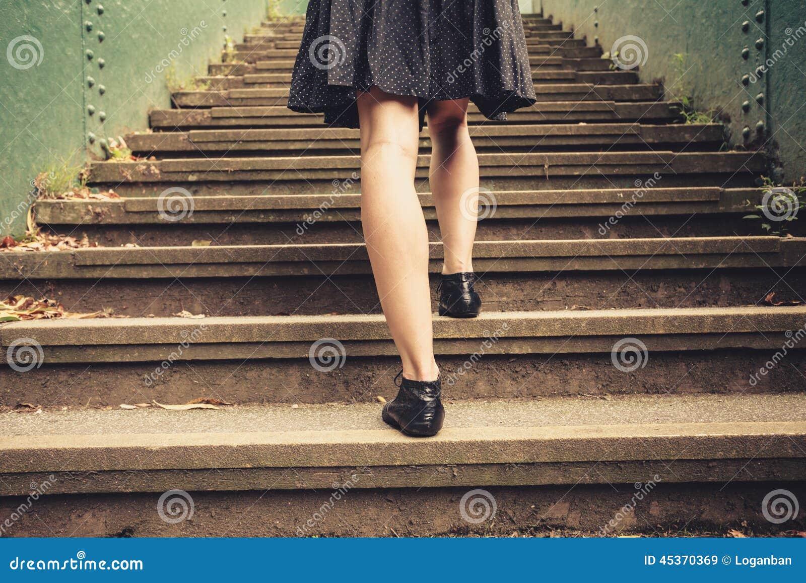 Jeune femme marchant vers le haut des escaliers