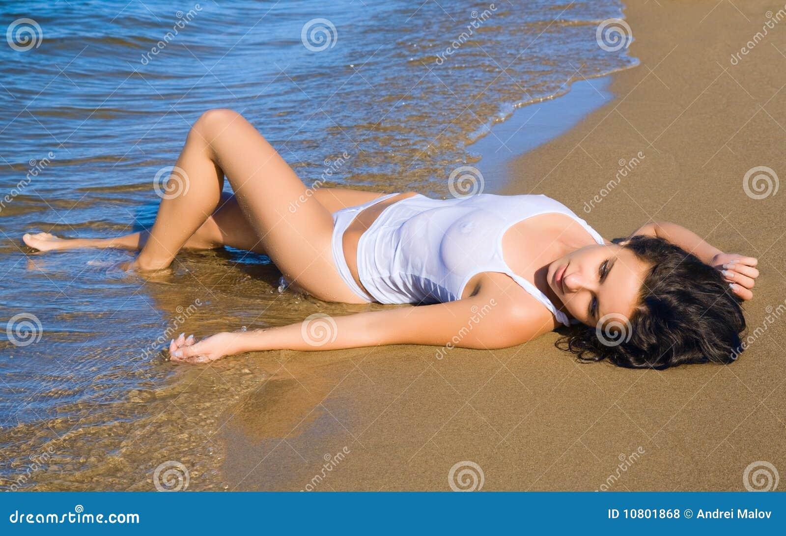 Jeune femme menteur dans le bikini