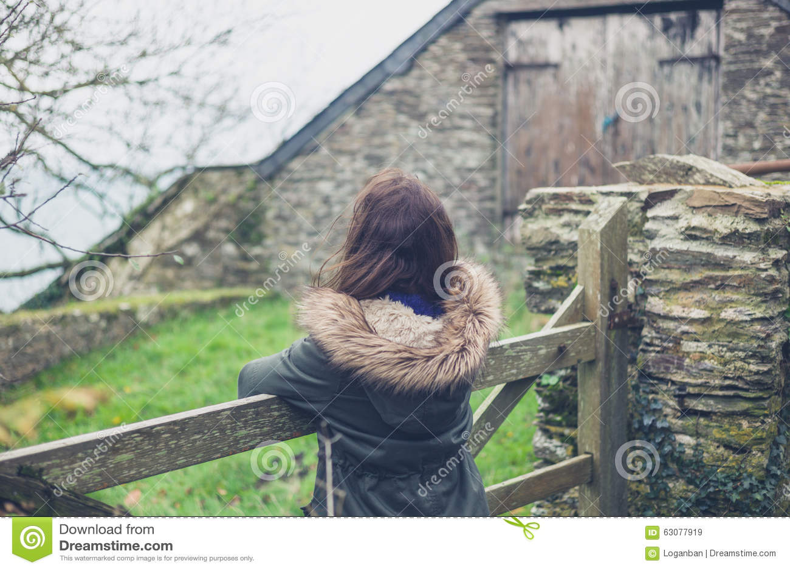 Download Jeune Femme Par La Porte En Dehors De La Grange Image stock - Image du barrière, repos: 63077919