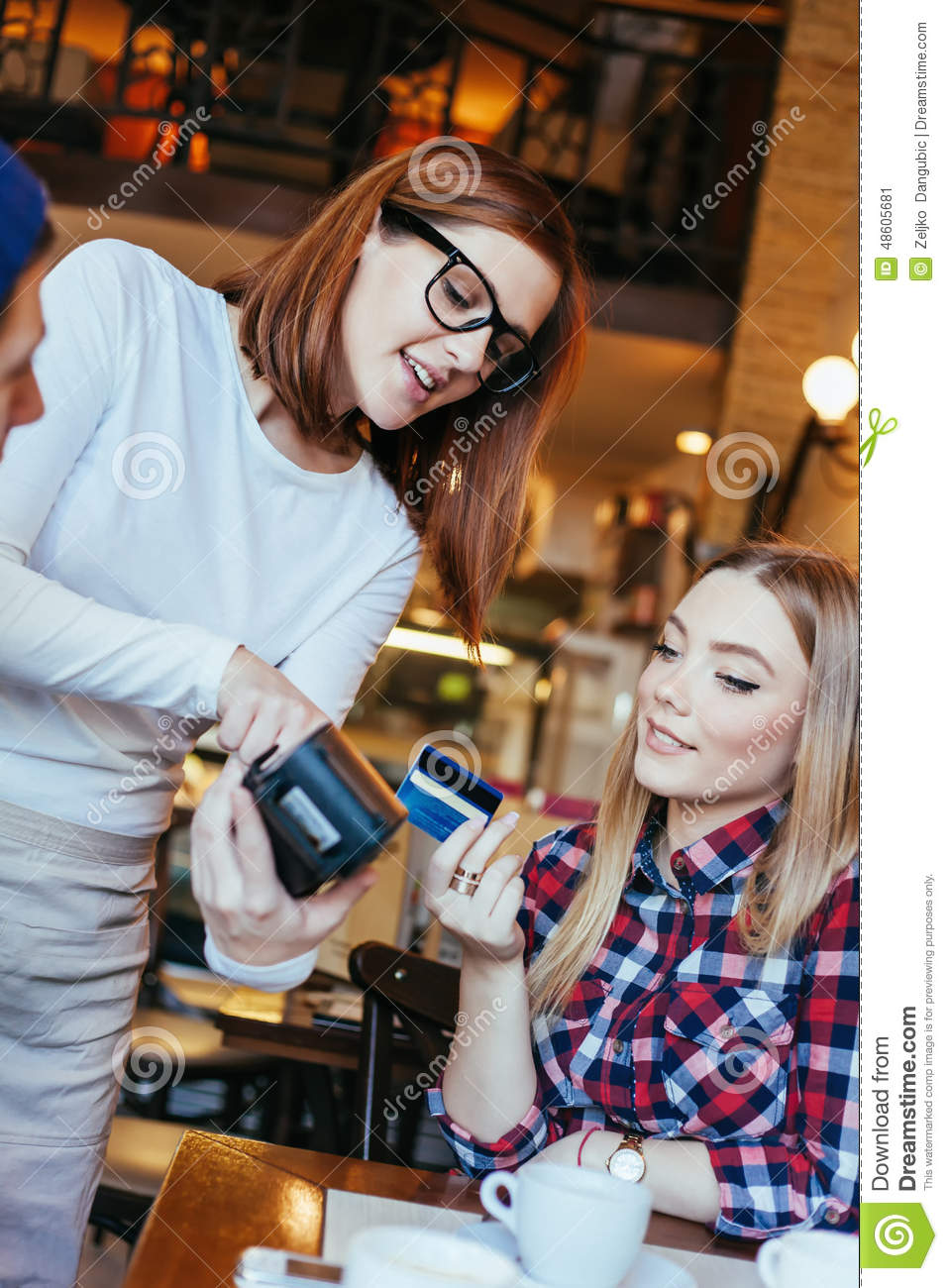 Jeune femme payant Bill By Credit Card