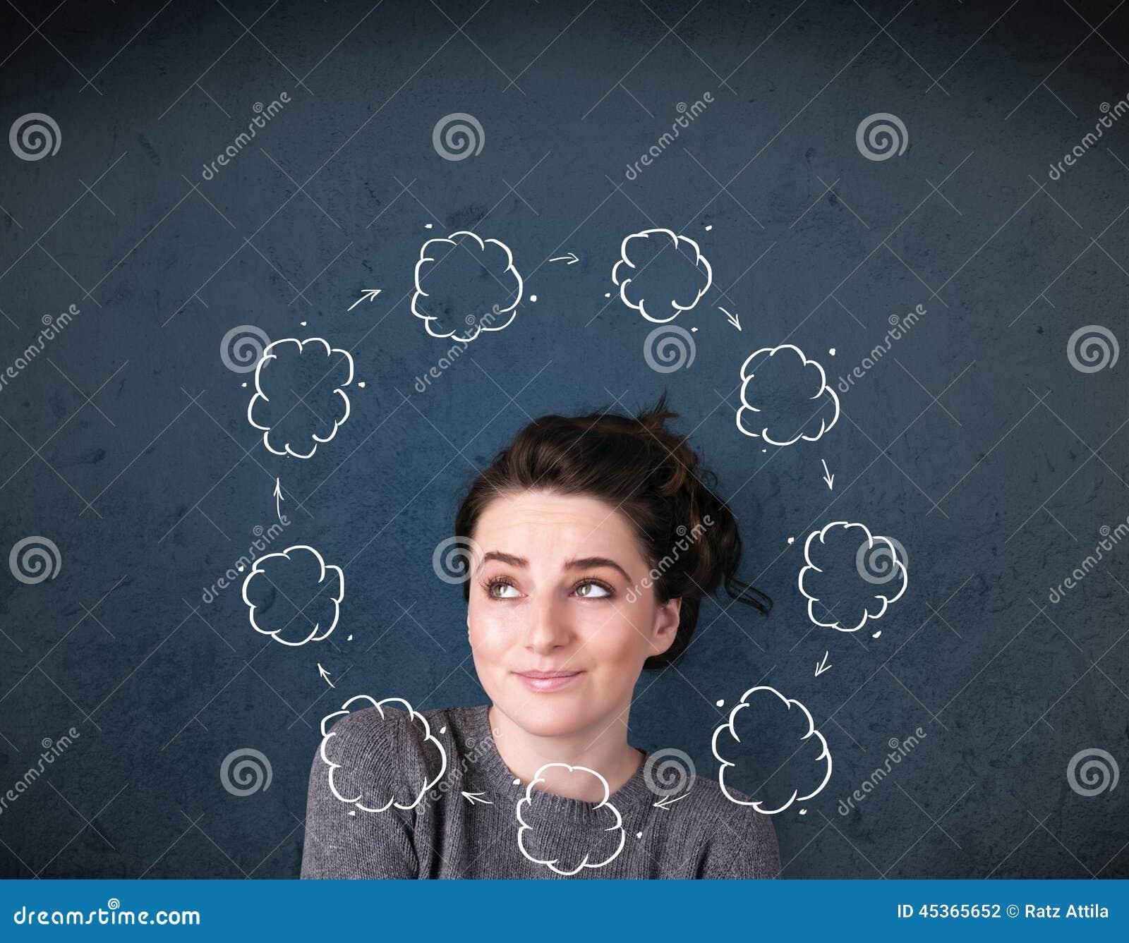 Jeune femme pensant avec la circulation de nuage autour de sa tête