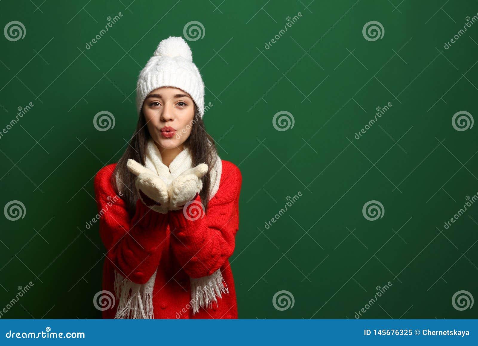 Jeune femme portant les v?tements chauds sur le fond de couleur