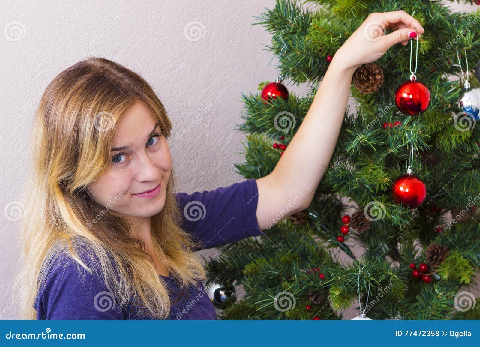 Jeune femme près d arbre de nouvelle année