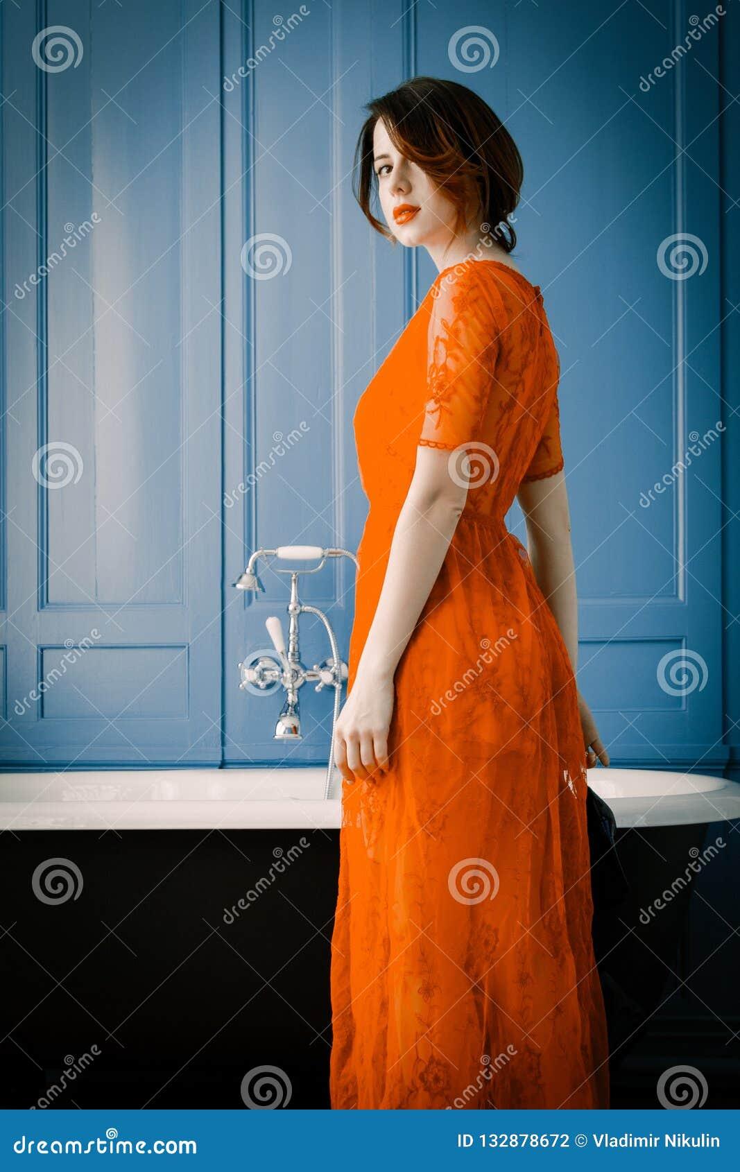 Jeune femme près de bain
