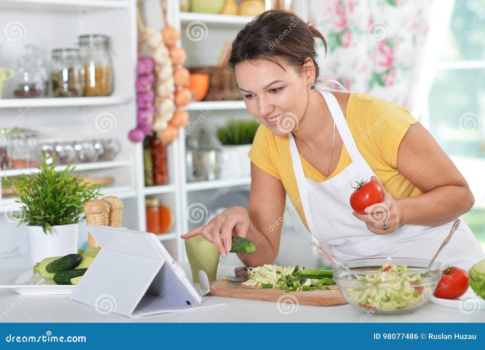 Jeune femme préparant le dîner sur la cuisine