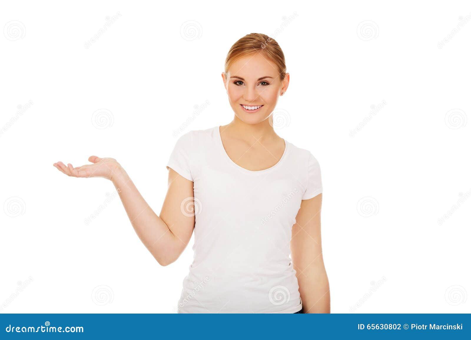 Jeune femme présent quelque chose sur la paume ouverte