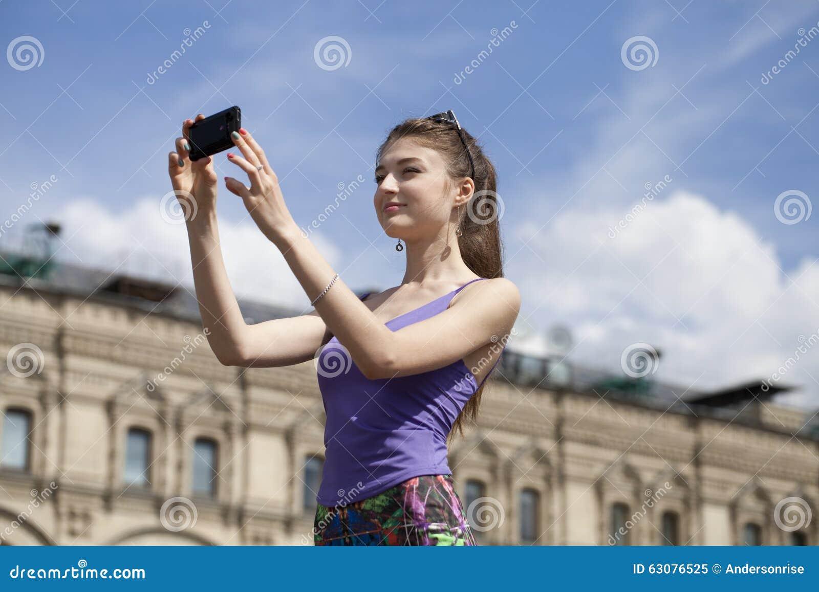 Download Jeune Femme Prenant Des Photos à Votre Téléphone Image stock - Image du cellphone, dame: 63076525