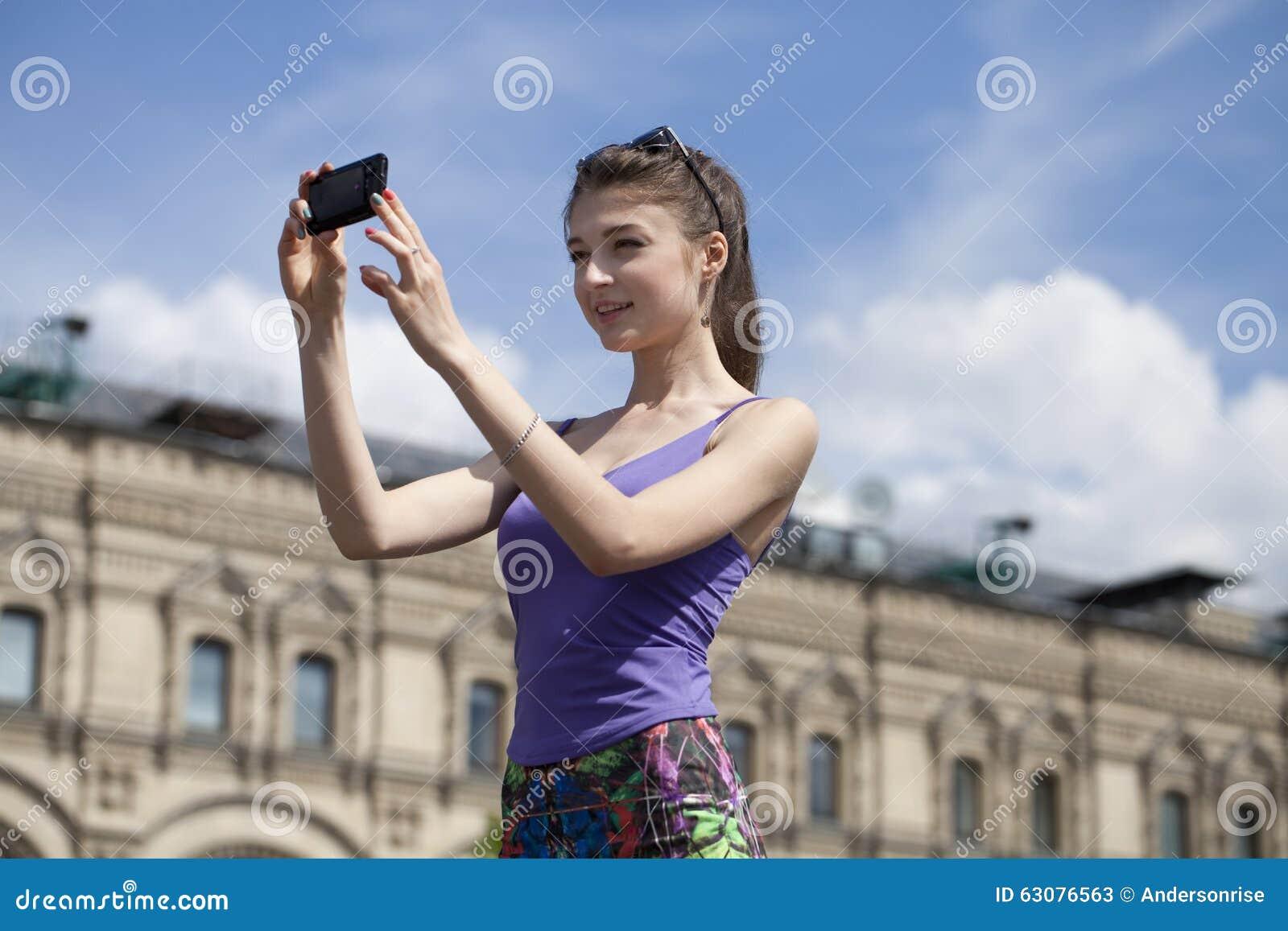 Download Jeune Femme Prenant Des Photos à Votre Téléphone Image stock - Image du beau, cellule: 63076563