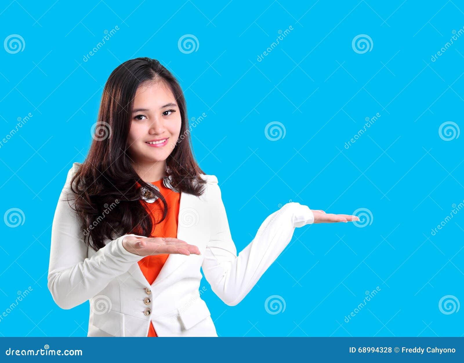 Jeune femme professionnelle présentant l exposé
