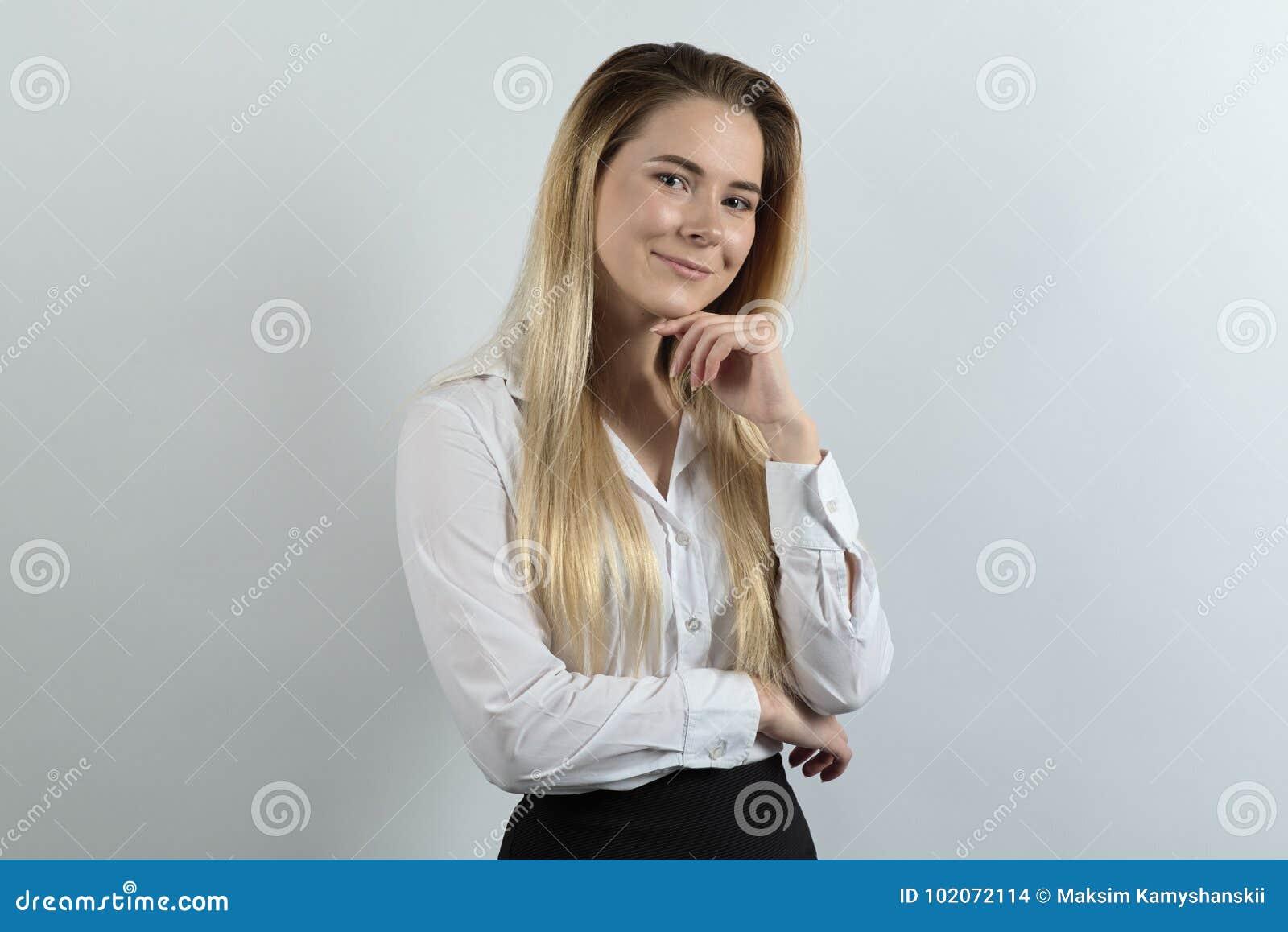 Jeune femme professionnelle sûre posant pour un portrait dans le frie