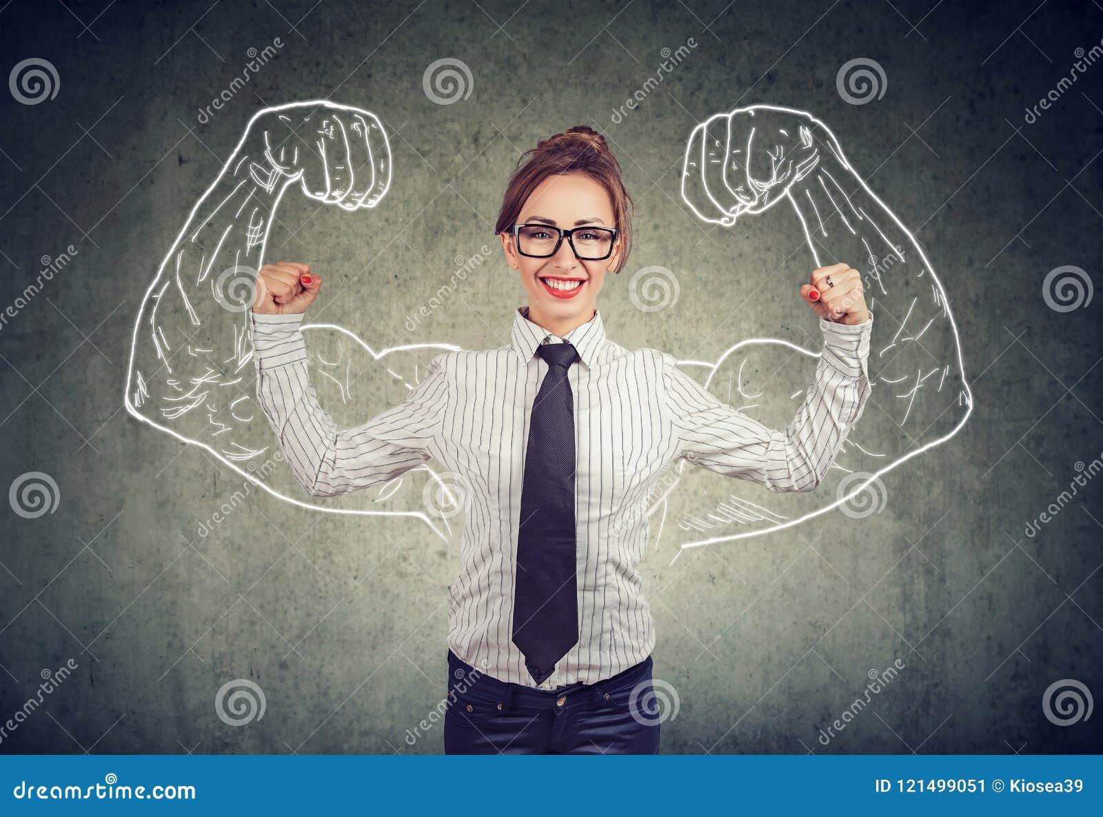Jeune femme puissante heureuse d affaires