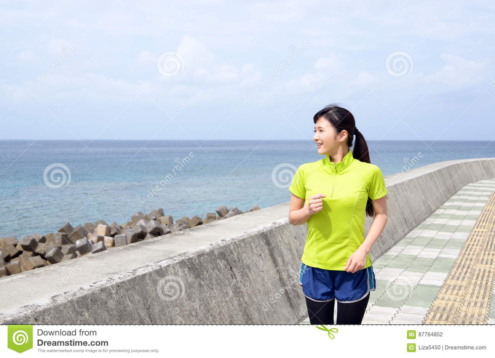 Jeune femme pulsant par la mer