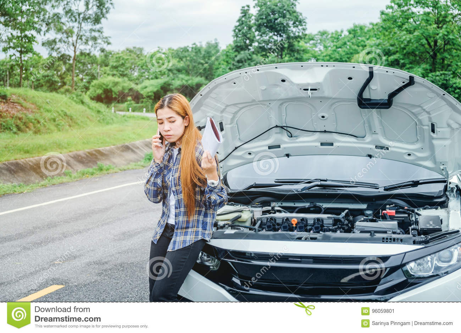 Jeune femme réclamant l aide avec sa voiture décomposée par t