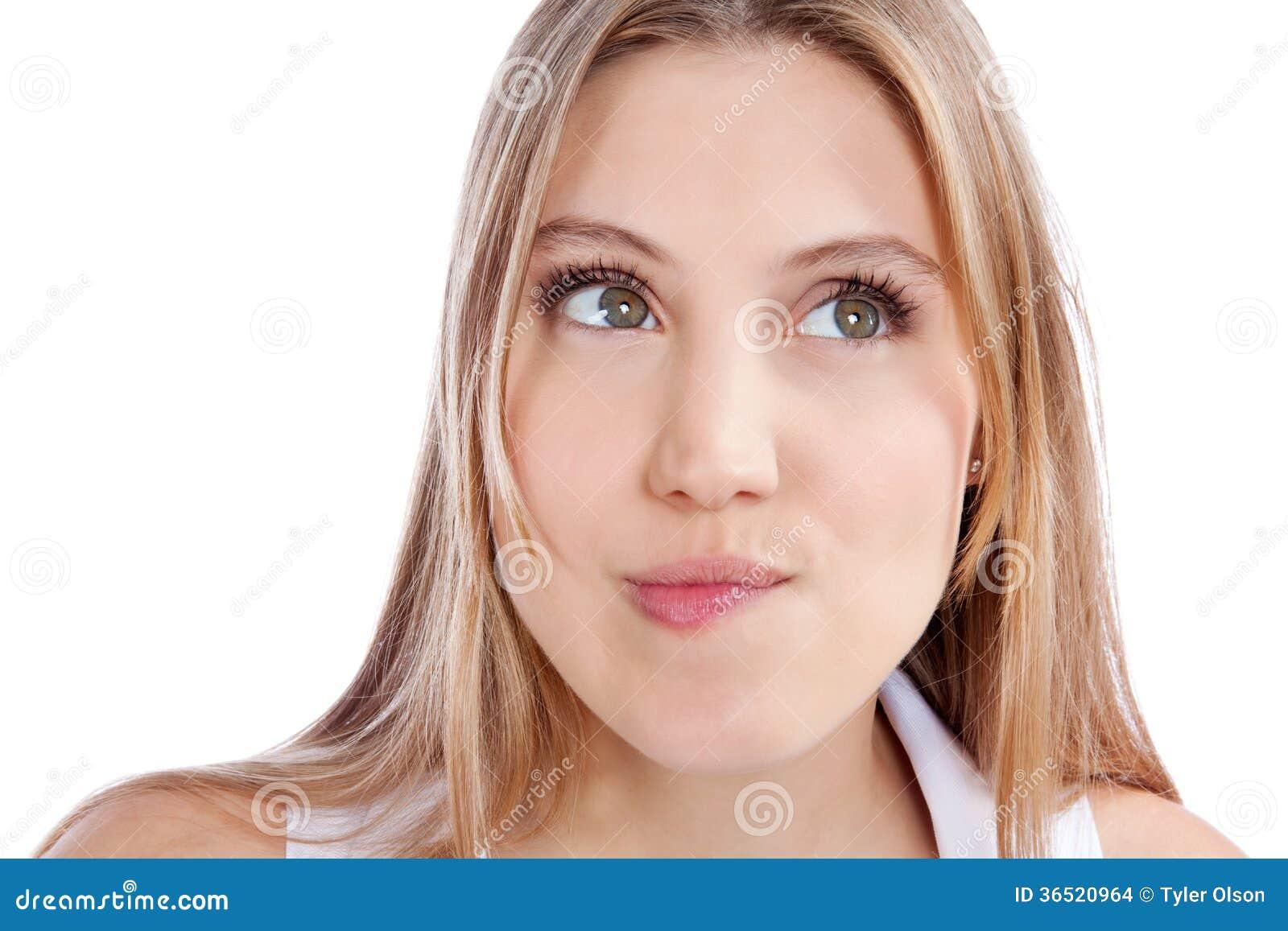 Jeune femme réfléchie expressive