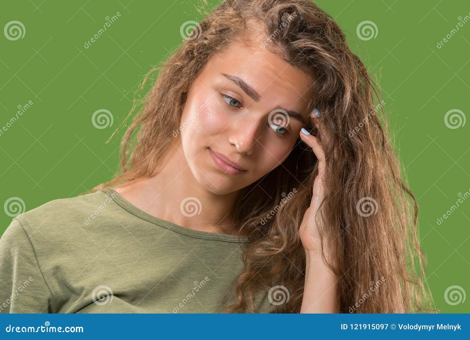 Jeune femme réfléchie sérieuse Concept de doute