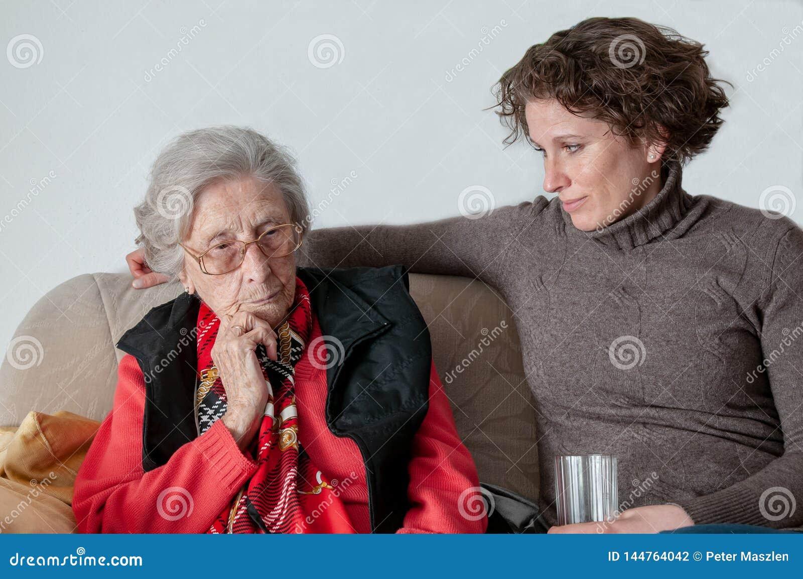 Jeune femme regardant la dame supérieure triste