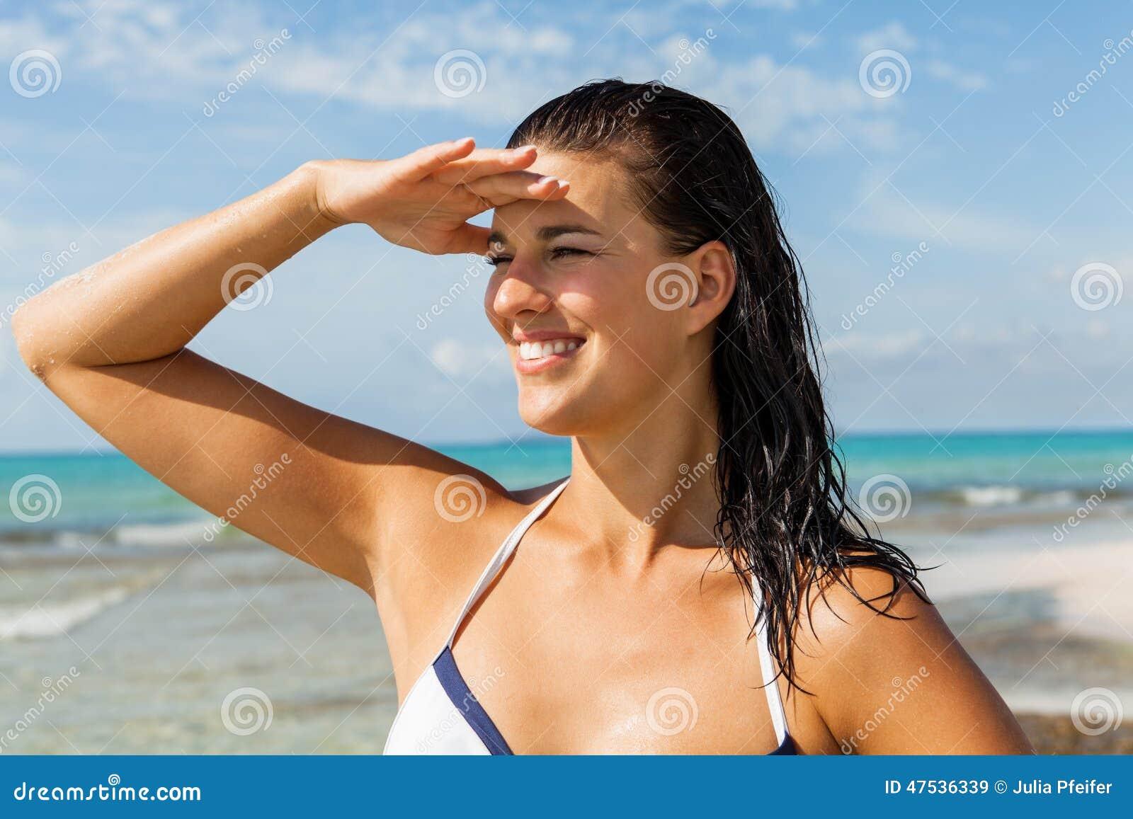 Jeune femme regardant loin dans la plage
