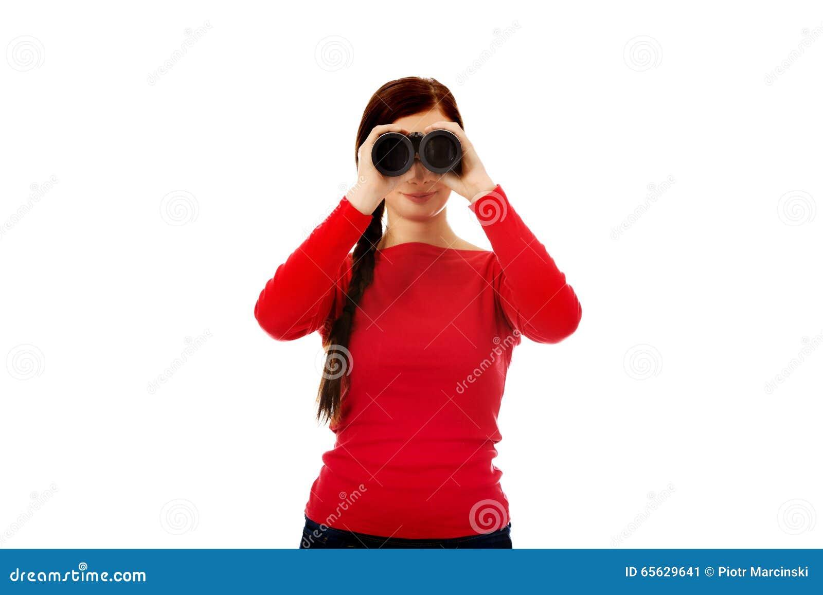 Jeune femme regardant par un binoculaire