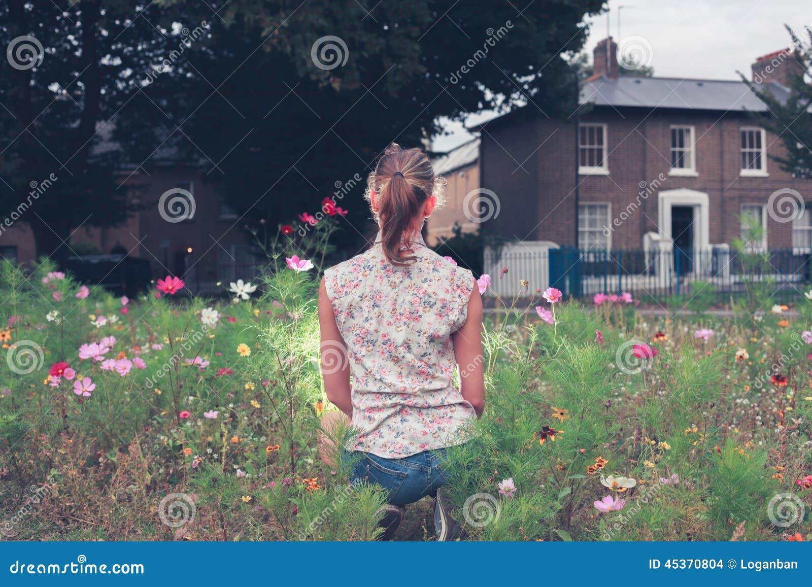 Jeune femme s asseyant dans le pré