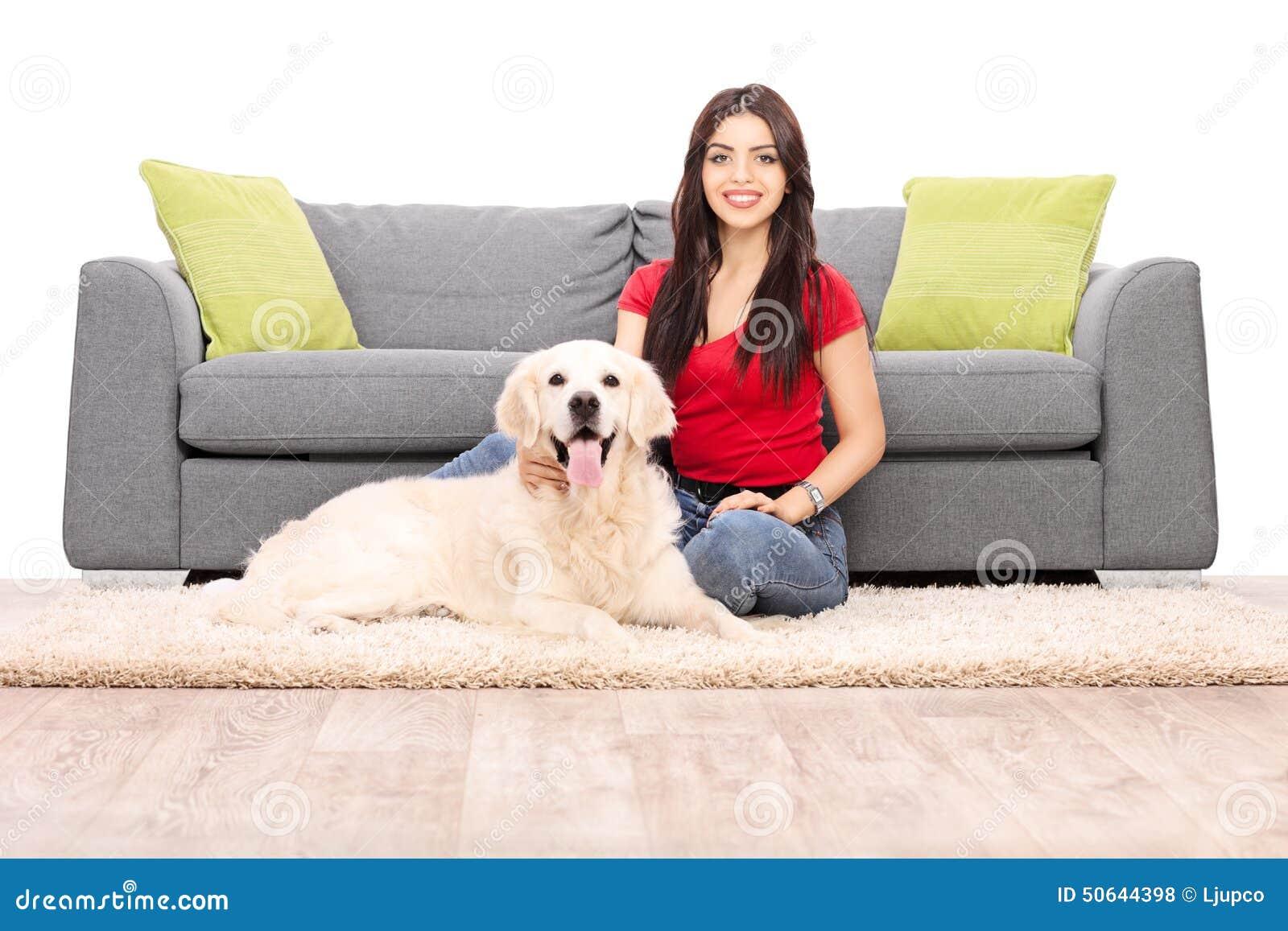 jeune femme s 39 asseyant par un sofa avec son chien photo stock image 50644398. Black Bedroom Furniture Sets. Home Design Ideas