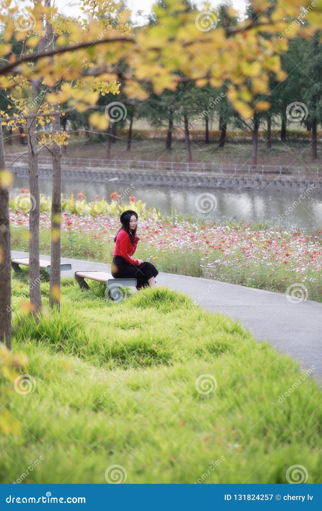 Jeune femme s asseyant sur le banc Marguerite, liberté