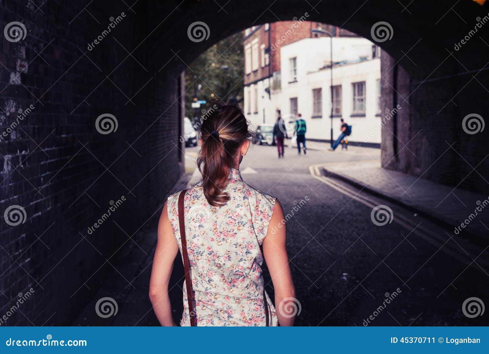Jeune femme se tenant dans le tunnel