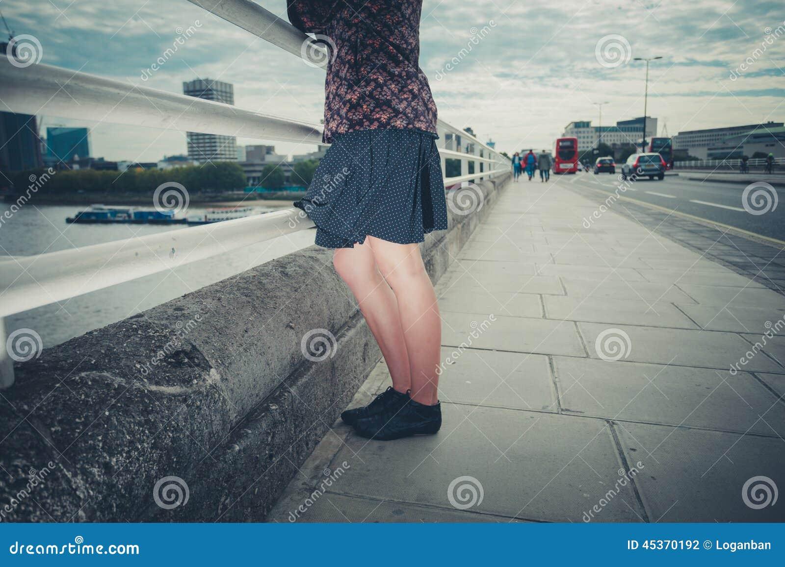 Jeune femme se tenant sur le pont dans la ville