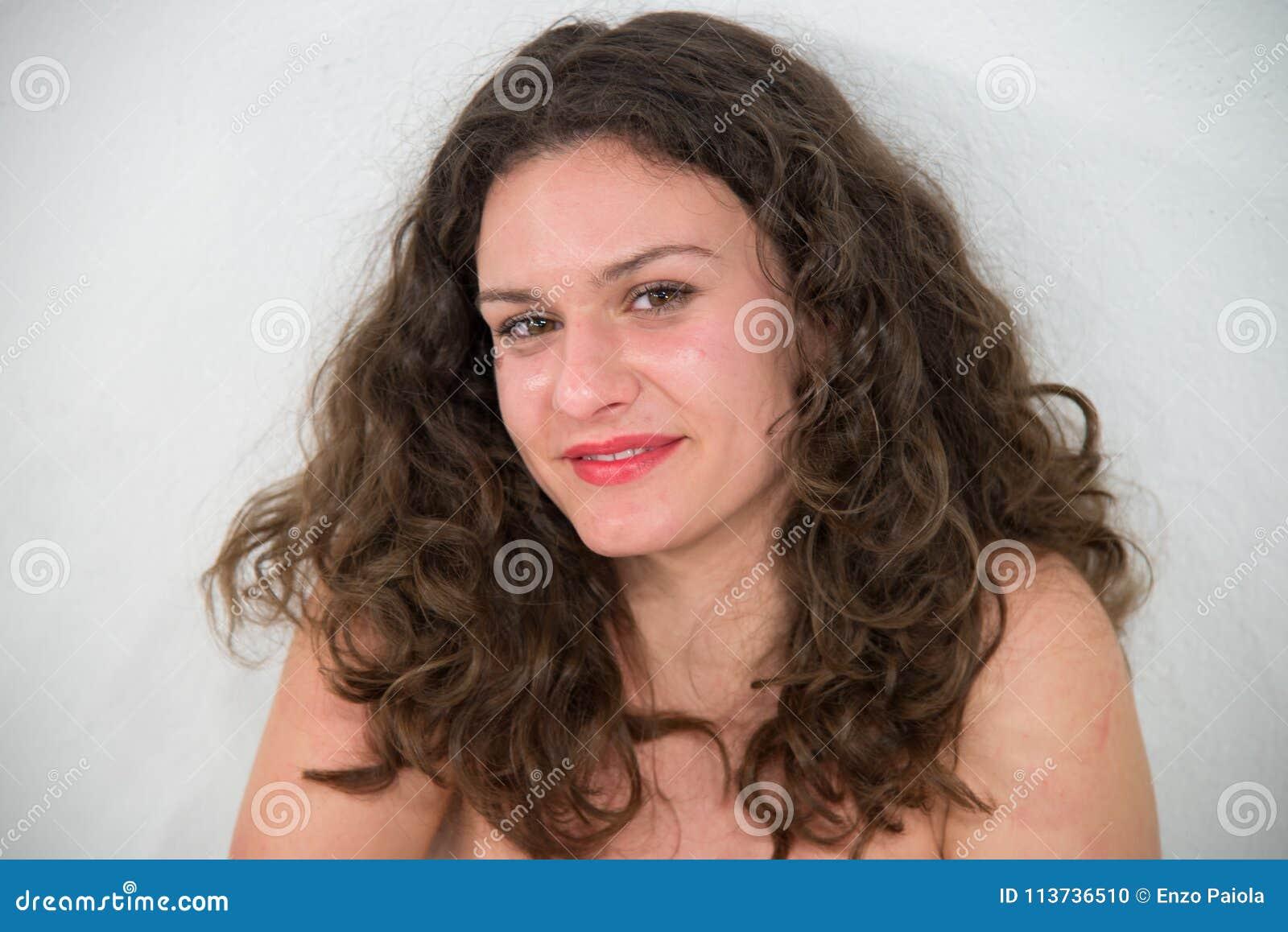 Jeune femme sexy et belle dans la robe, d isolement sur le backg blanc