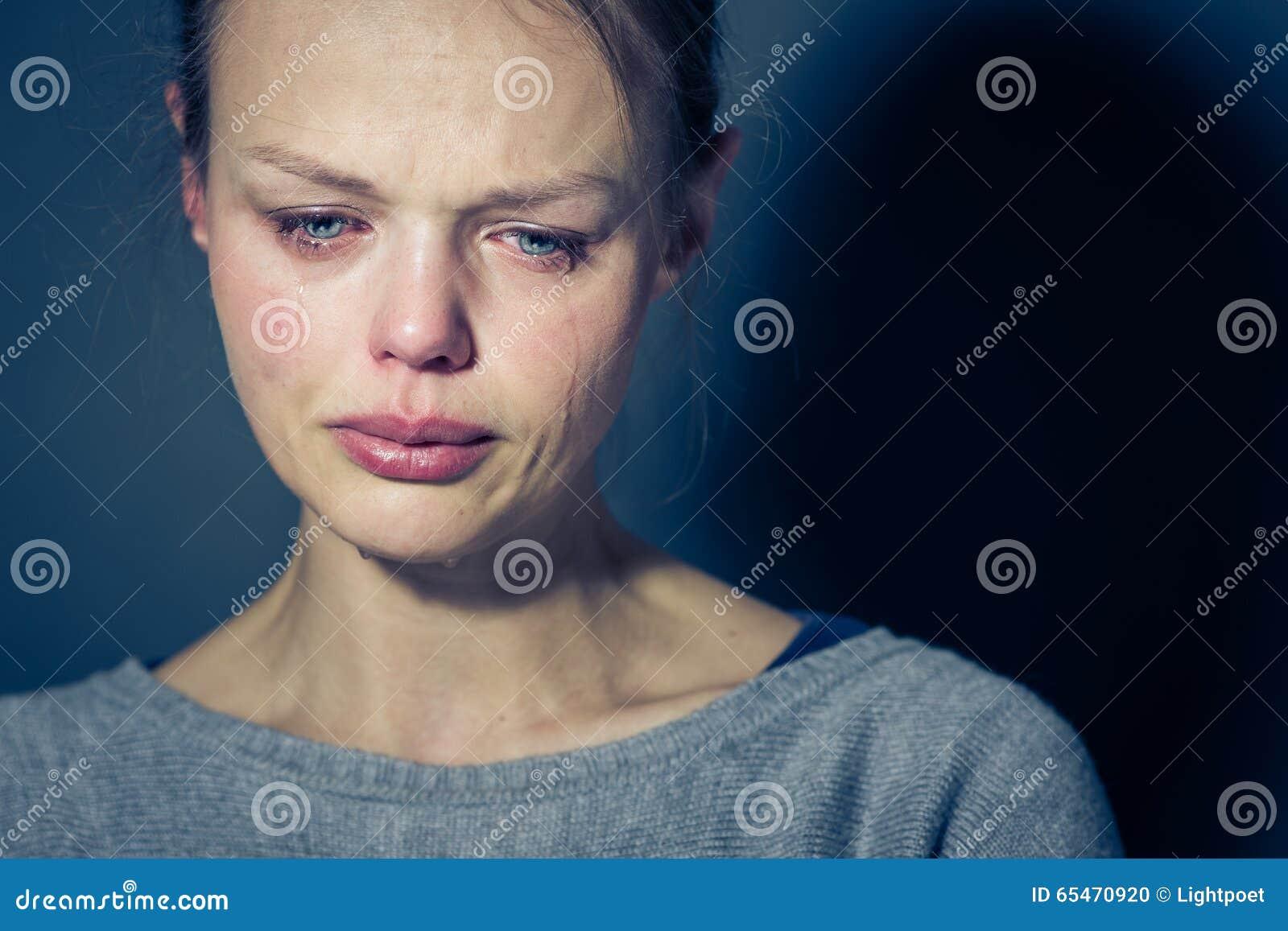 Jeune femme souffrant de la dépression/d inquiétude/de tristesse graves