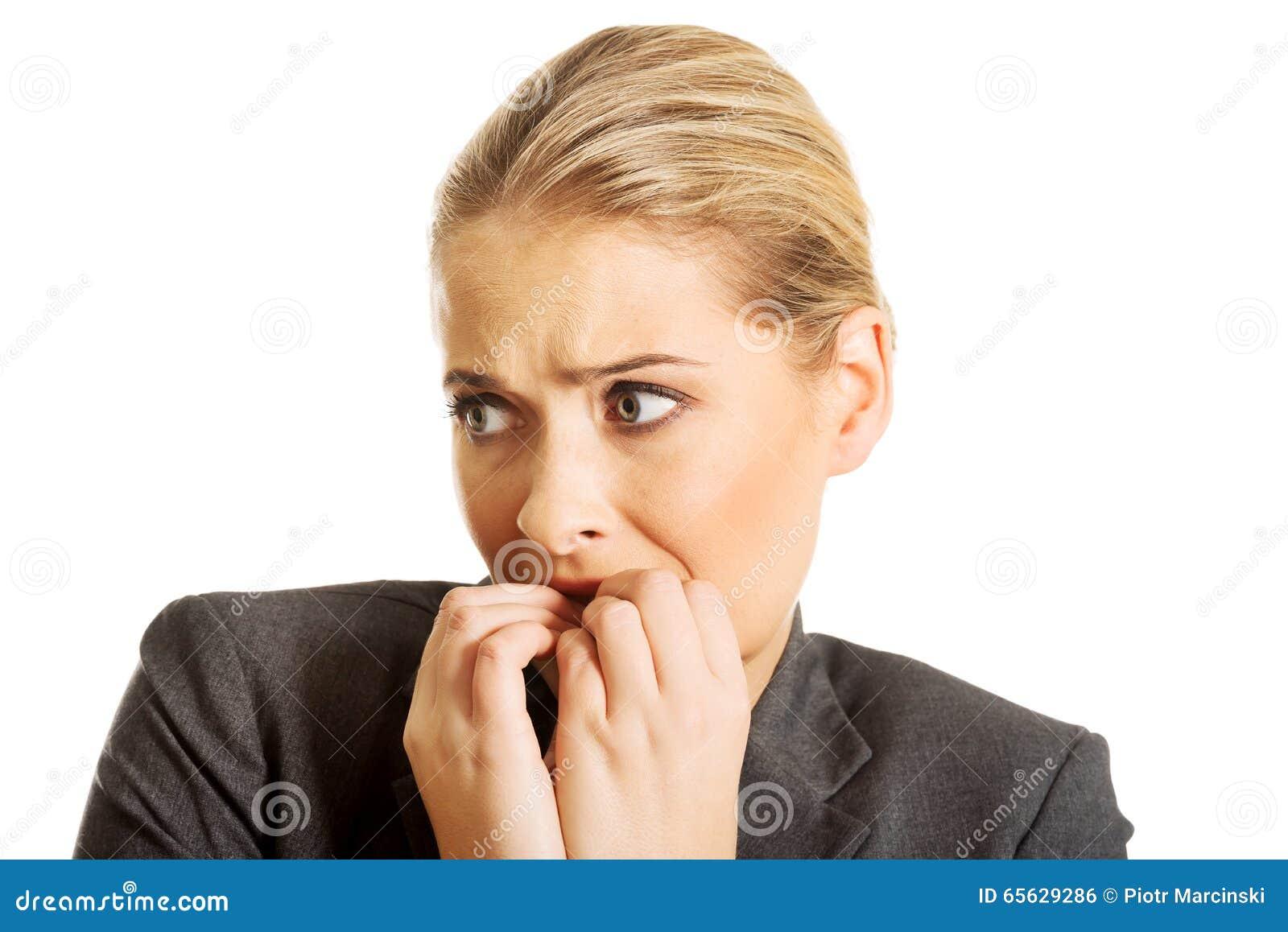 Jeune femme soumise à une contrainte mordant ses ongles