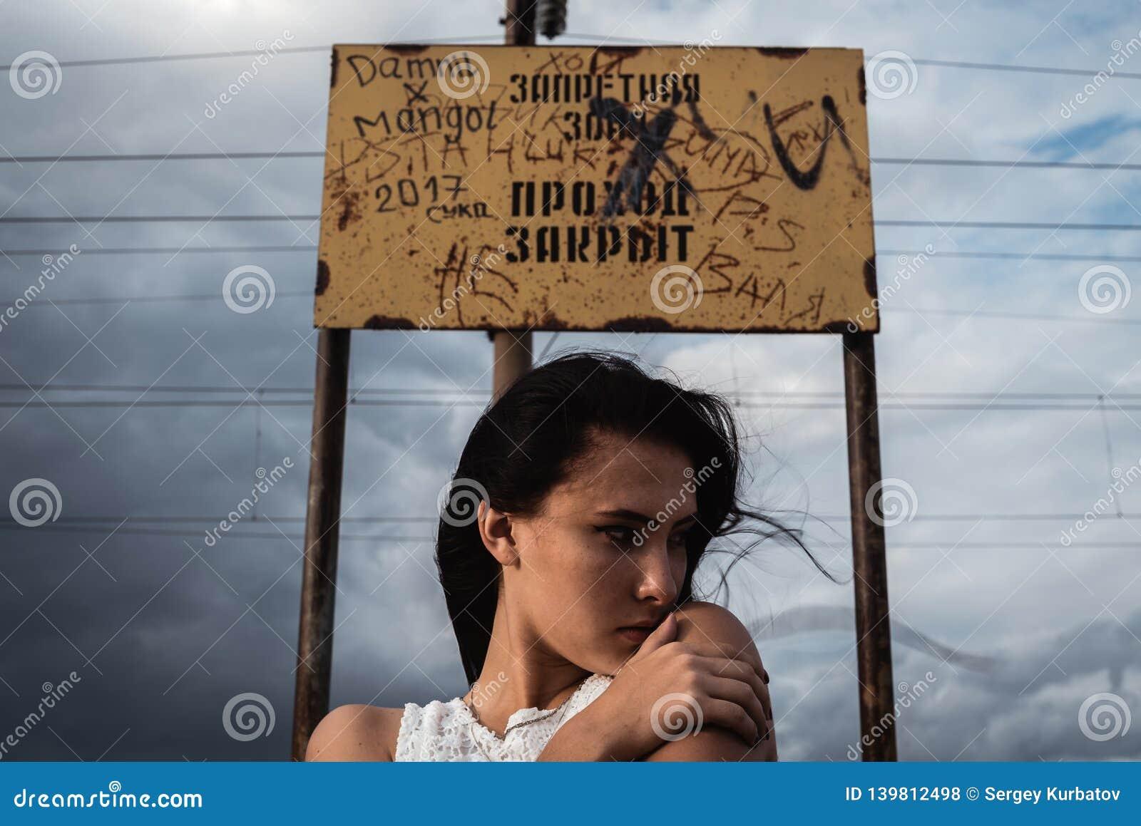 Jeune femme soumise à une contrainte réfléchie avec un désordre dans sa tête