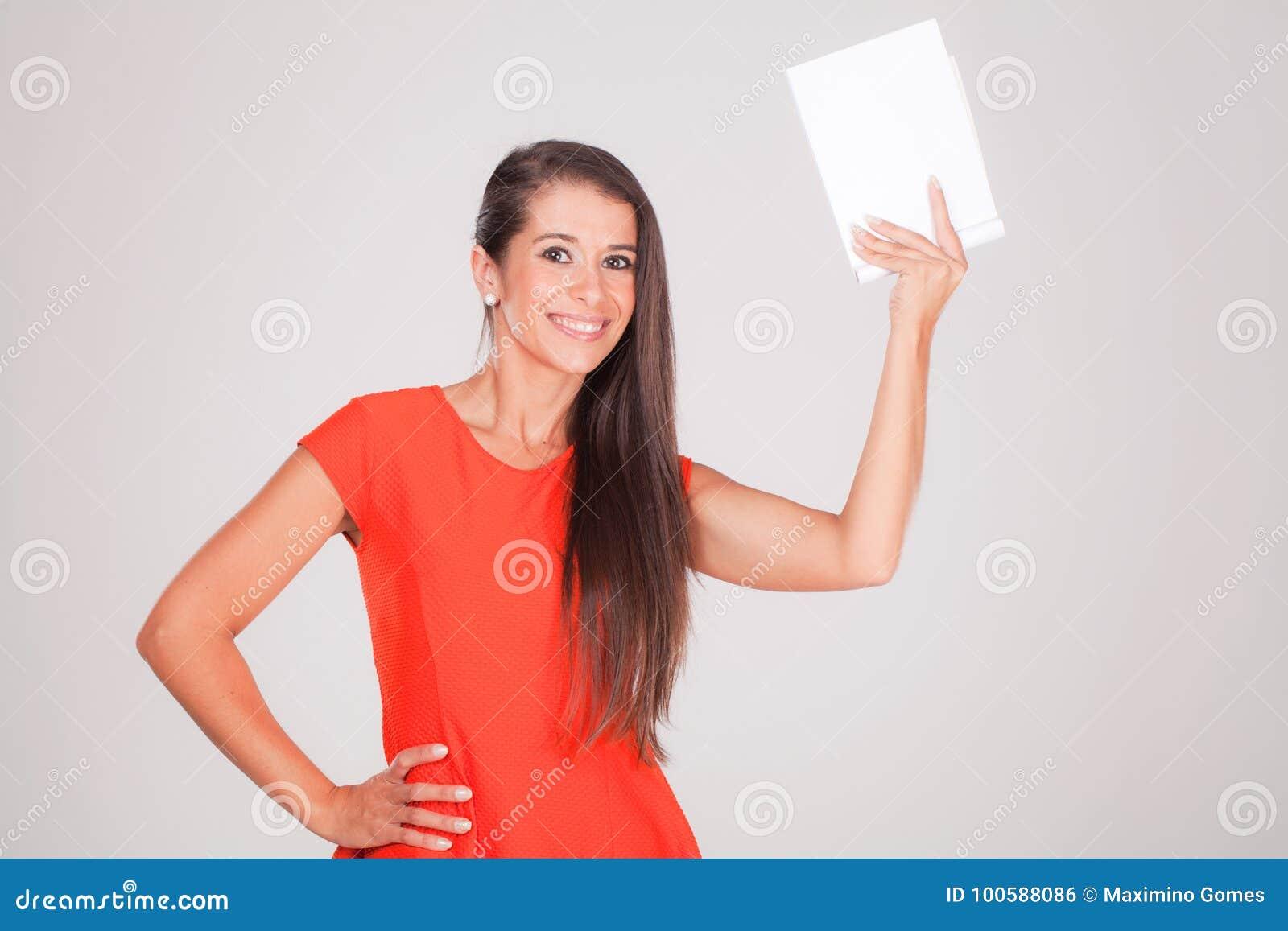 Jeune femme, sourires tenant un carnet