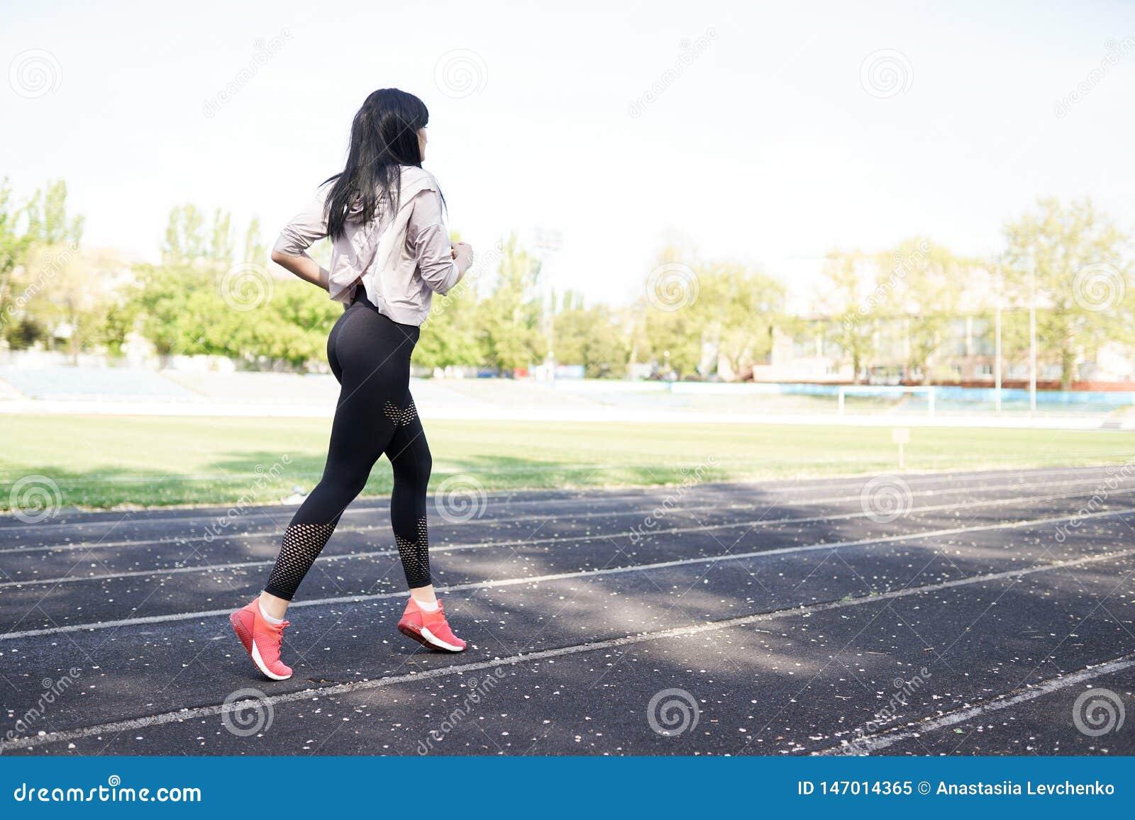 Jeune femme sportive courant pendant le matin Fille de forme physique Fond de sport avec l espace de copie Concept de la vie sain