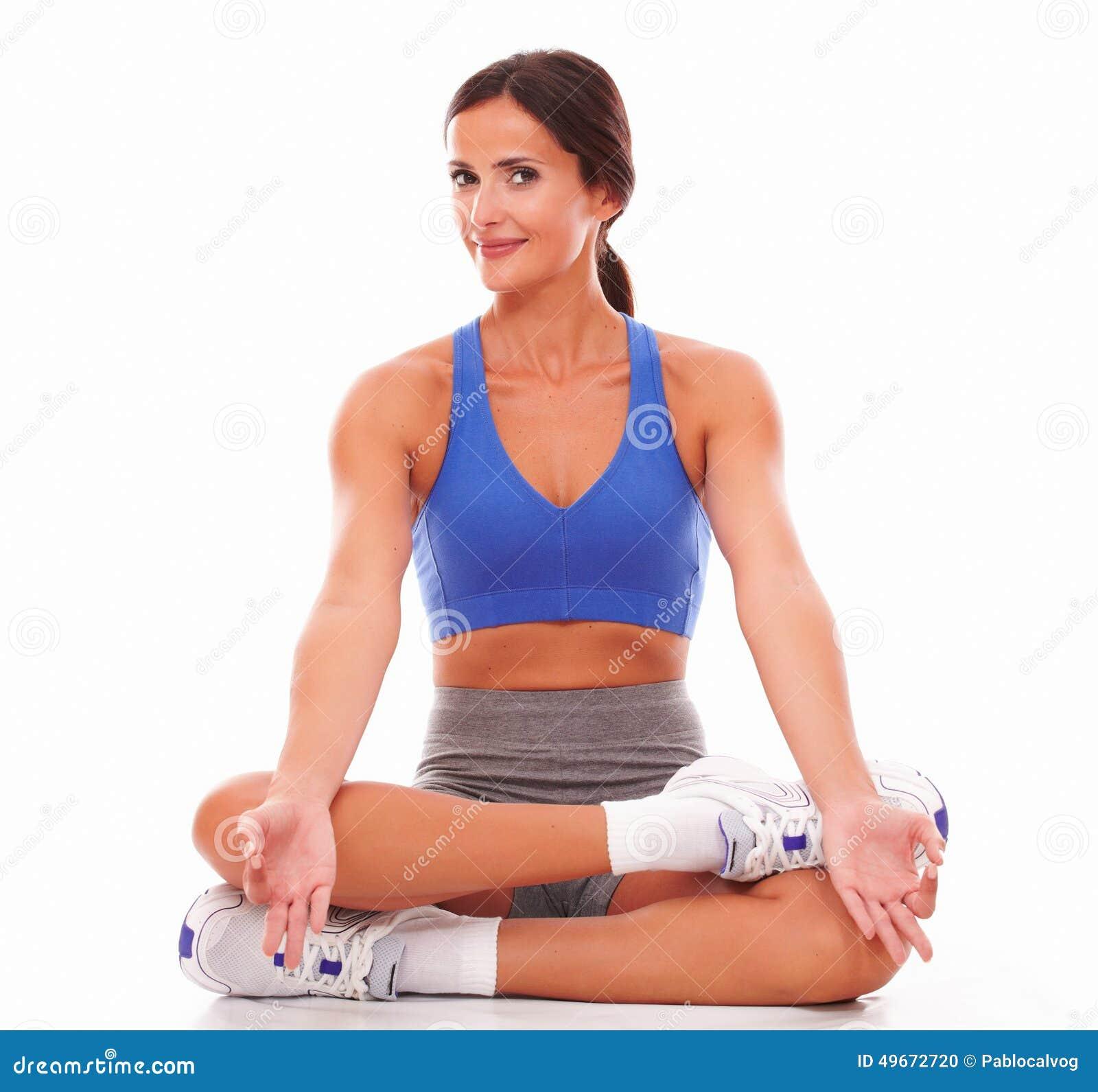 Jeune femme sportive faisant l exercice de relaxation