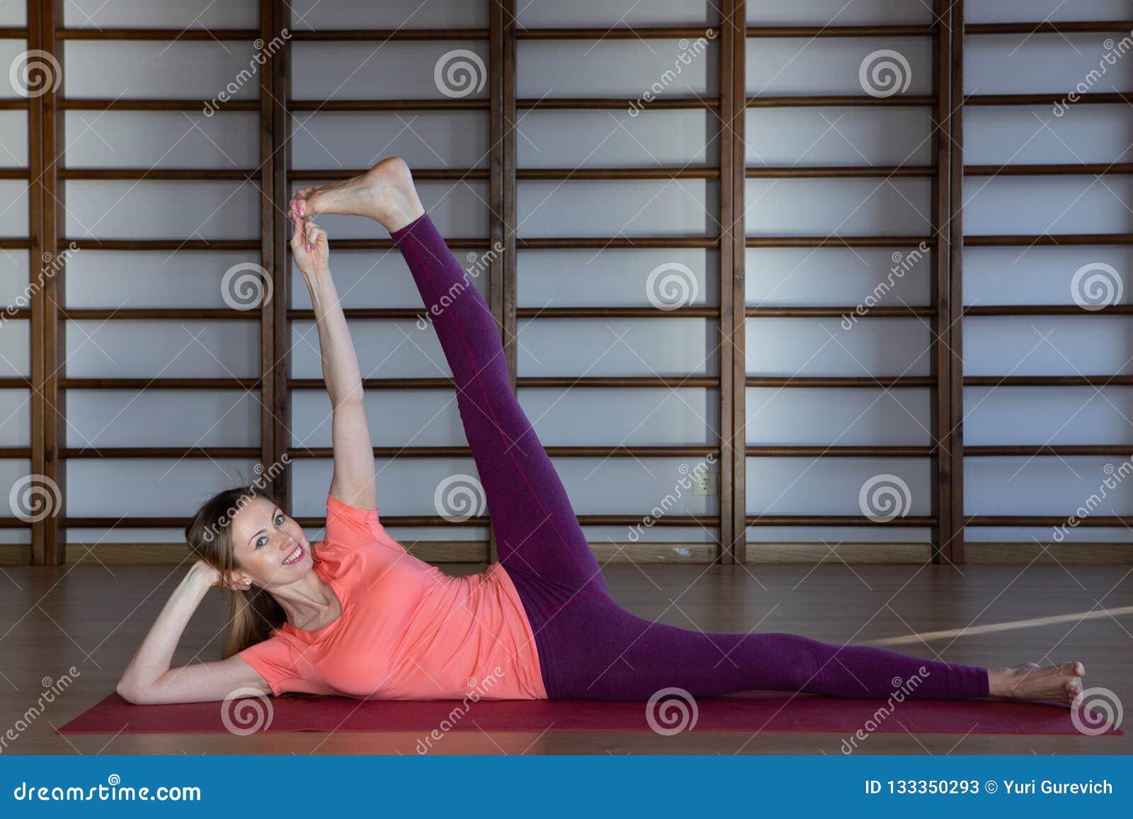 Jeune femme sportive faisant la pratique en matière de yoga - concept de la vie saine et de l équilibre naturel entre le corps et
