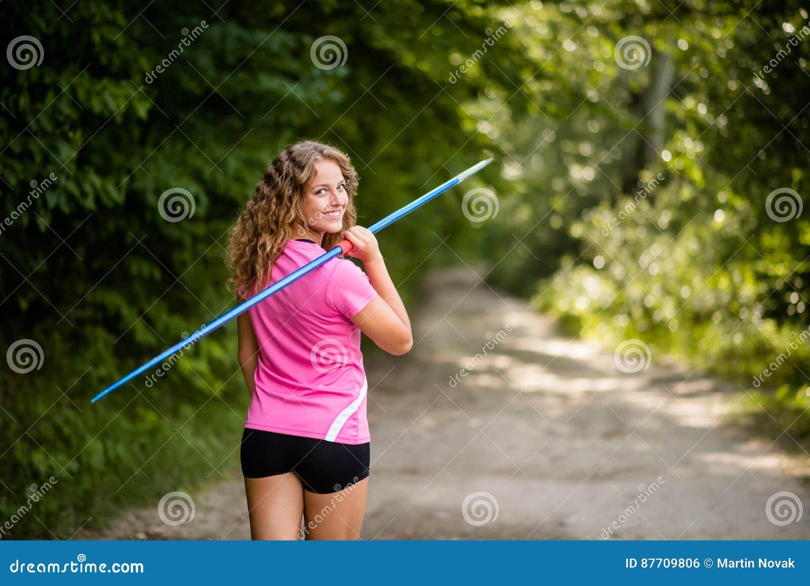 Jeune femme sportive portant un javelot