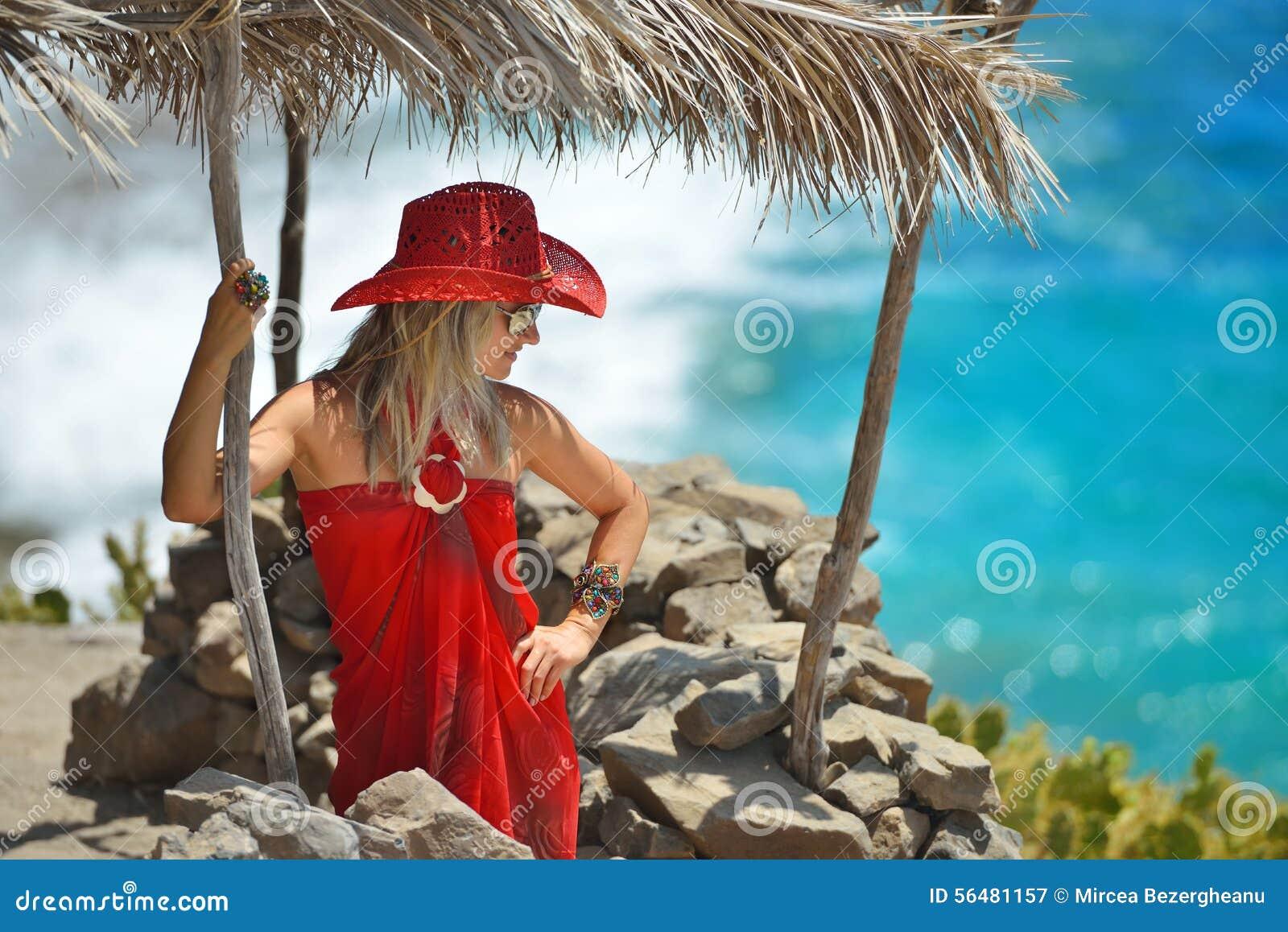 Jeune femme sur la plage en été