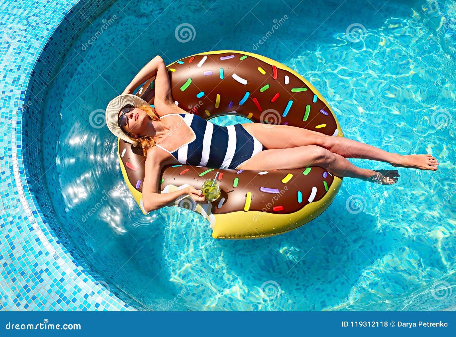 Jeune femme sur la réception au bord de la piscine d été