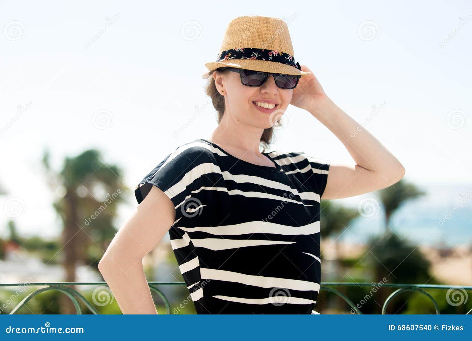 jeune femme sur le balcon dans les tropiques photo stock image 68607540. Black Bedroom Furniture Sets. Home Design Ideas