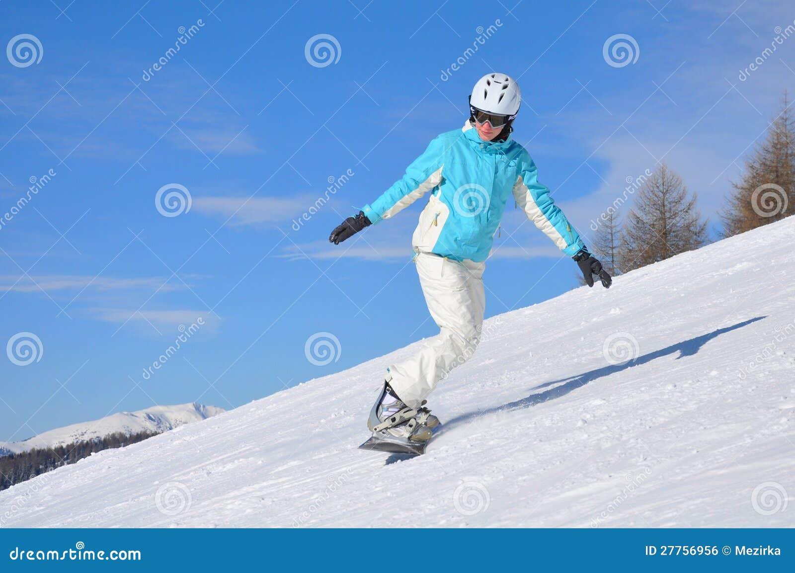 Jeune femme sur le snowboard