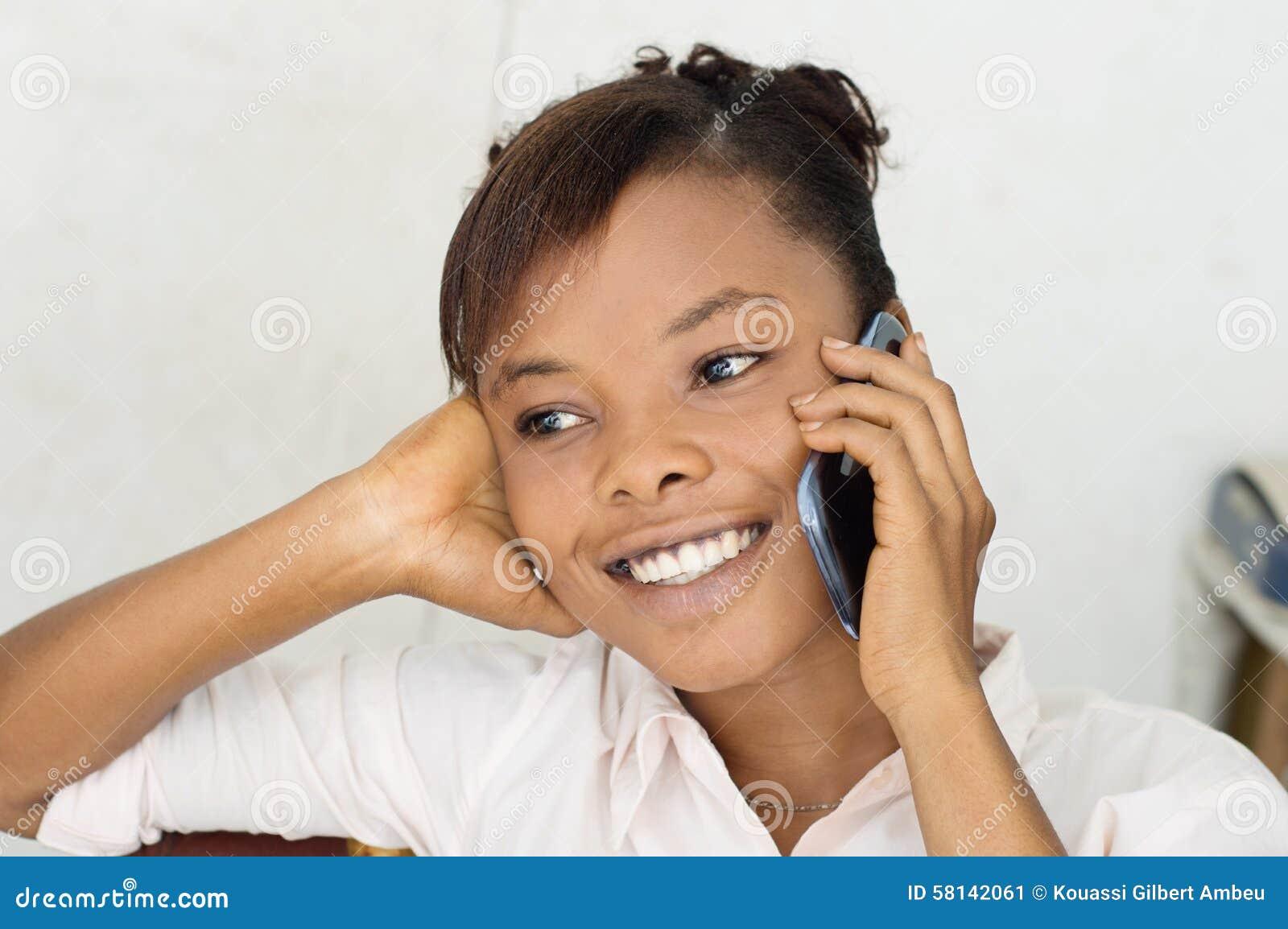 Jeune femme sur le sourire de téléphone