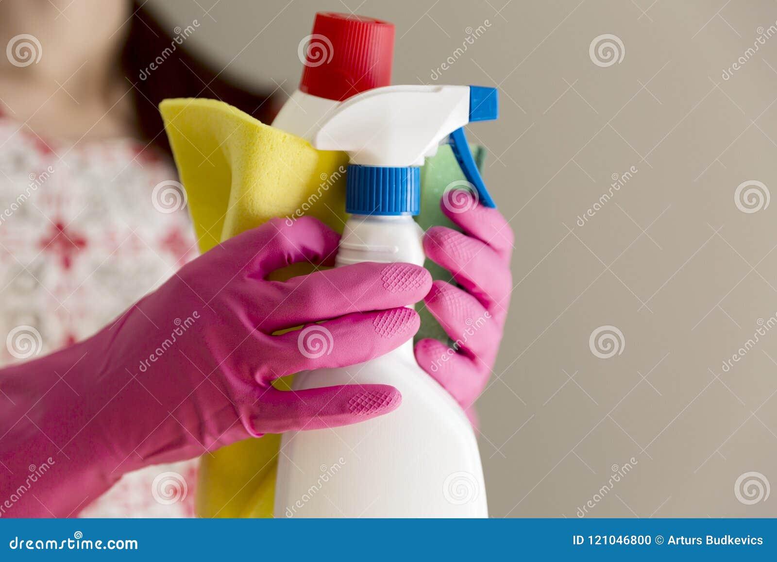 Jeune femme tenant le groupe d alimentations stabilisées Equipm de ménage