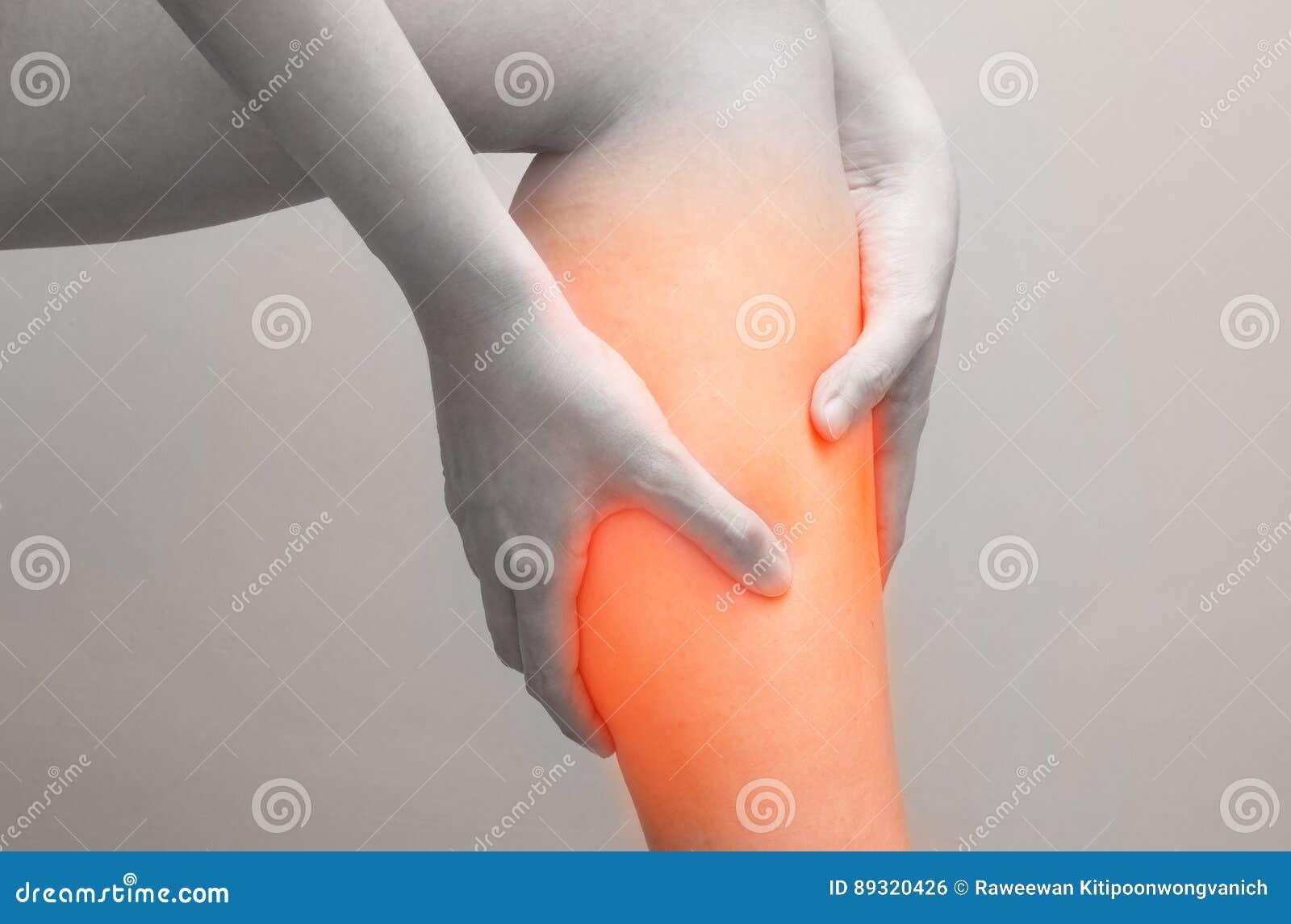 Jeune femme tenant son muscle de veau en douleur