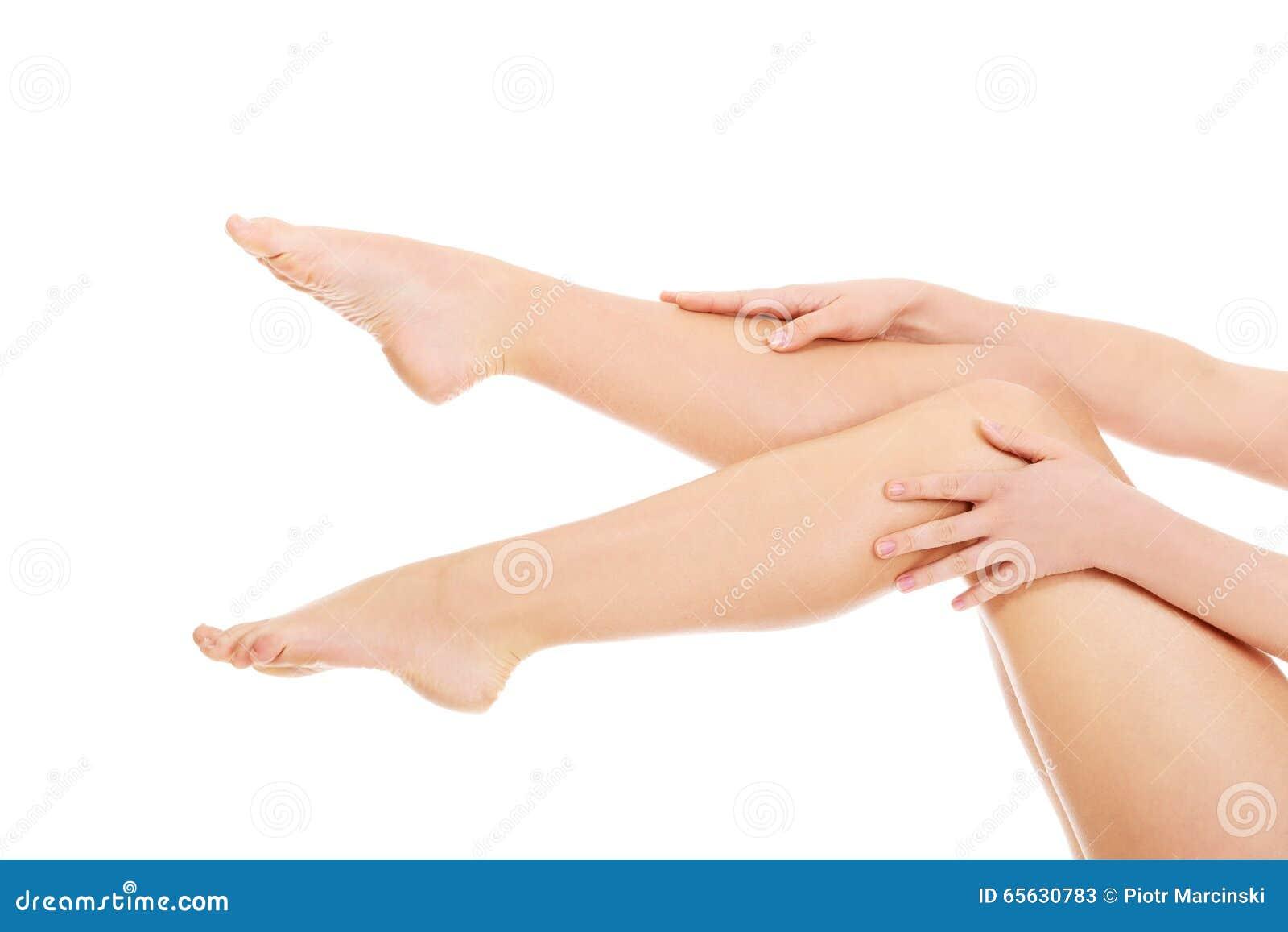 Jeune femme touchant ses jambes