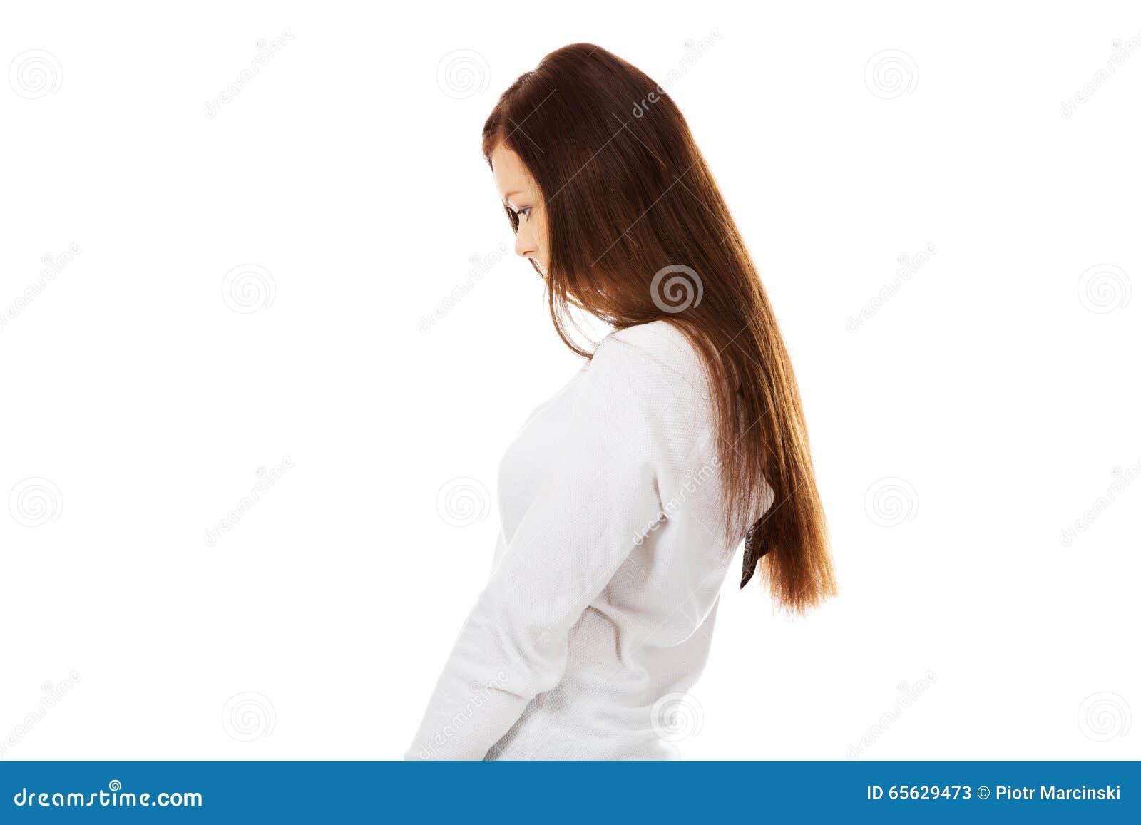 Jeune femme triste avec sa tête vers le bas